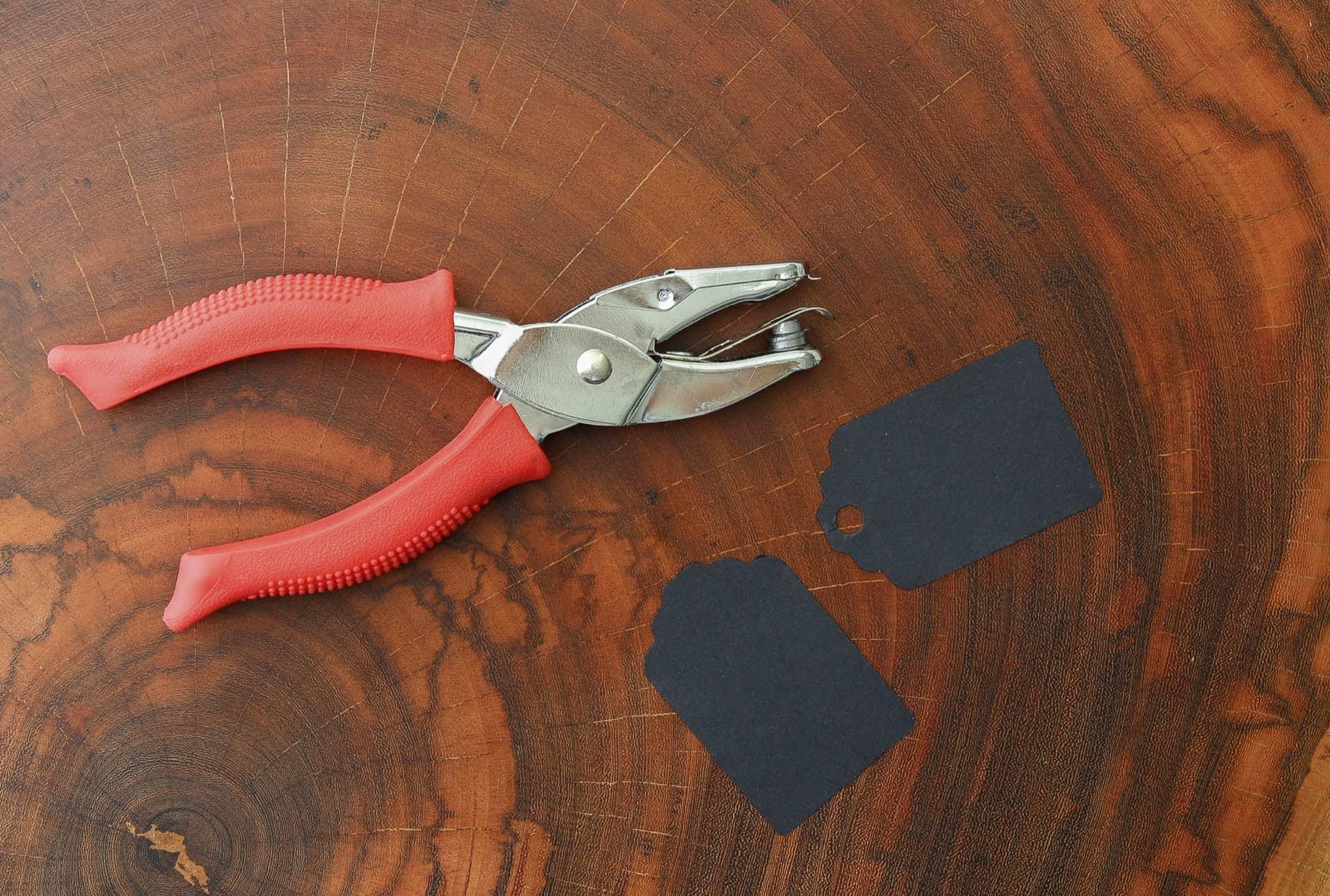 Imagem: Passo 2: fure a ponta de cada etiqueta para identificar sucos e passe a fita depois. É possível fazer isso com um furador de papel comum, mas você terá menos controle sobre o lugar do furo. Foto: Cacá Bratke.