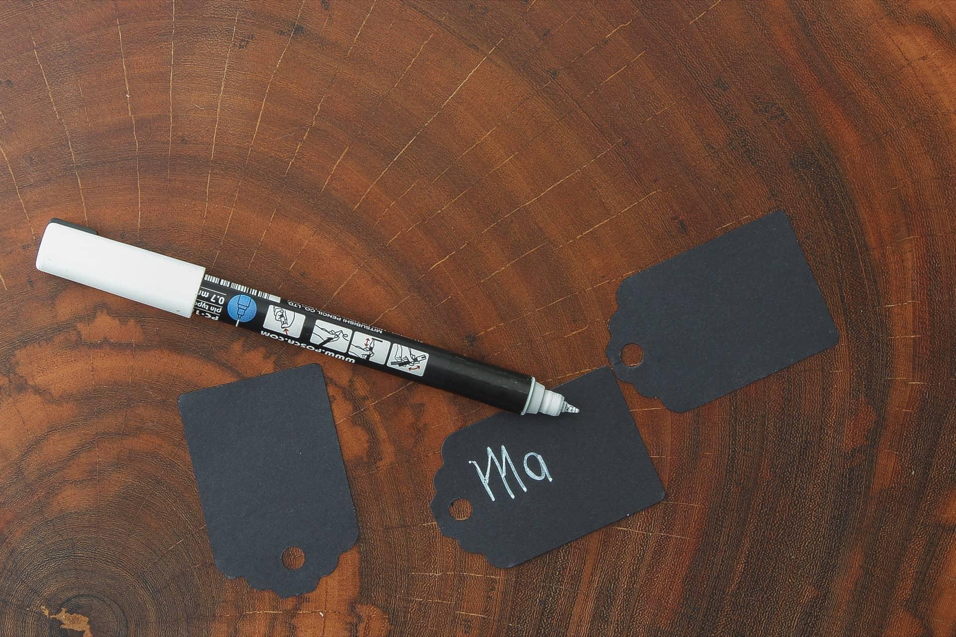 Imagem: Passo 3: escreva o nome da fruta com a caneta de tinta branca. Capriche na caligrafia!Foto: Cacá Bratke.