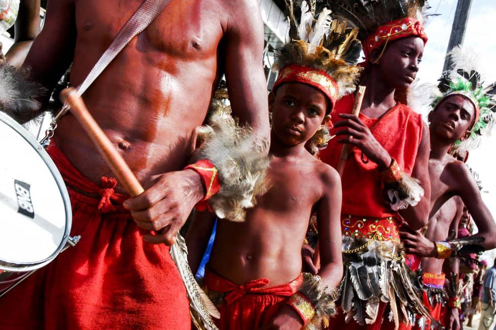 Imagem: Os caboclinhos são considerados anti-heróis da Festa dos Lambe-Sujos e Caboclinhos, pois são pau-mandados dos brancos. Foto: Lucio Telles.