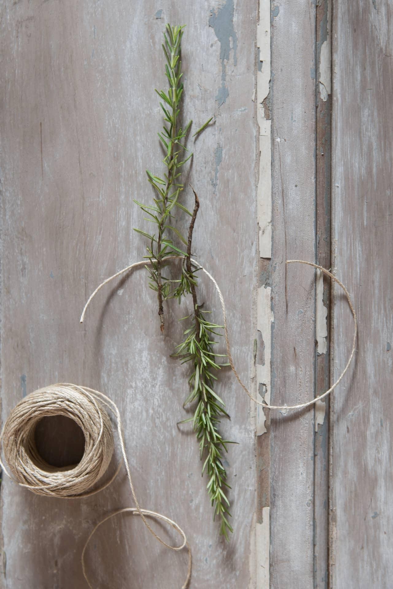 Imagem: Passo 1: junte dois ramos de alecrim pela parte mais grossa do galho. Foto: Cacá Bratke.