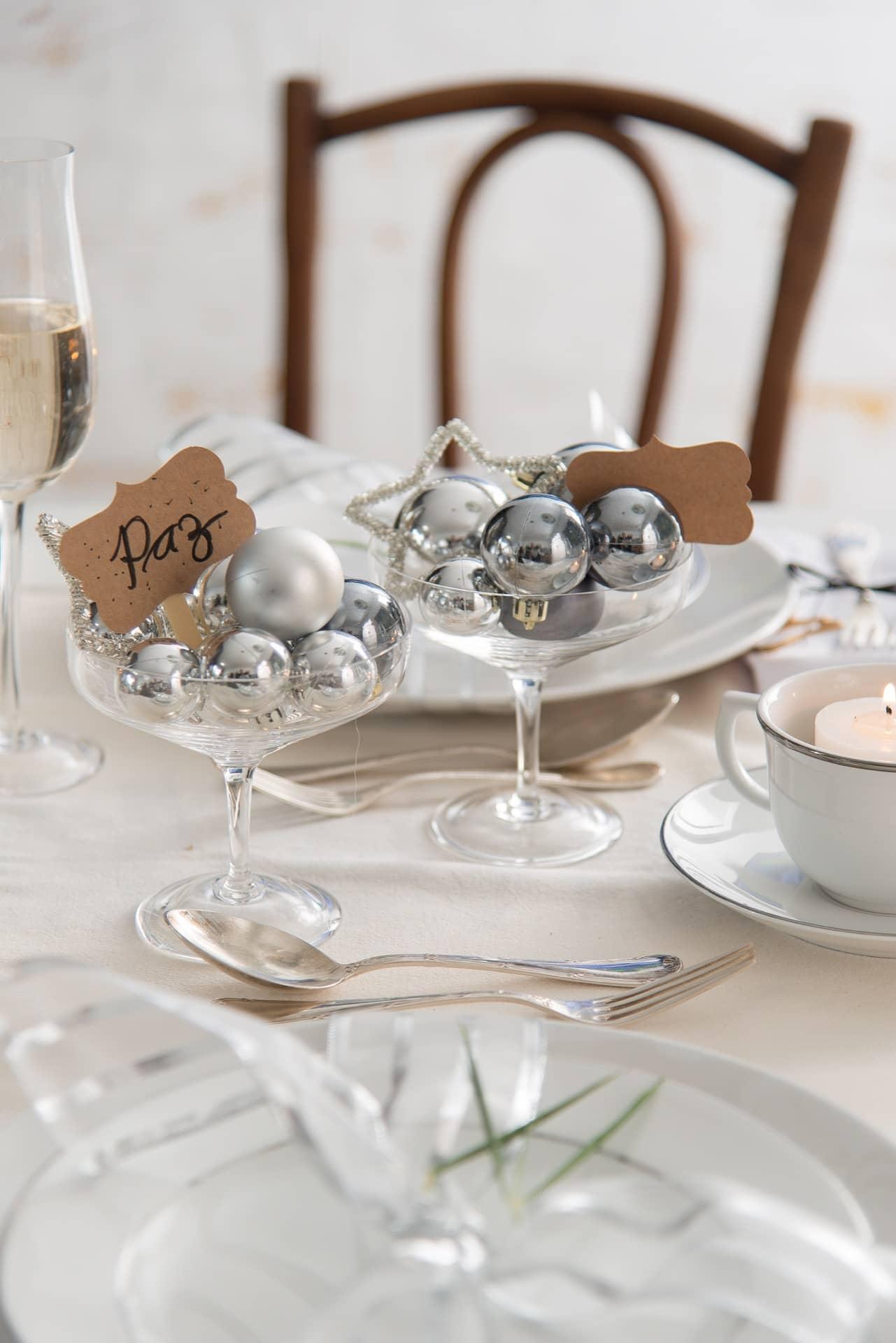 Imagem: No centro da mesa de Ano Novo, disponha taças de cristal Vintage, da Oxford Crystal, com bolas em vários tons de prata e votos de paz, saúde, felicidade. Foto: Cacá Bratke.