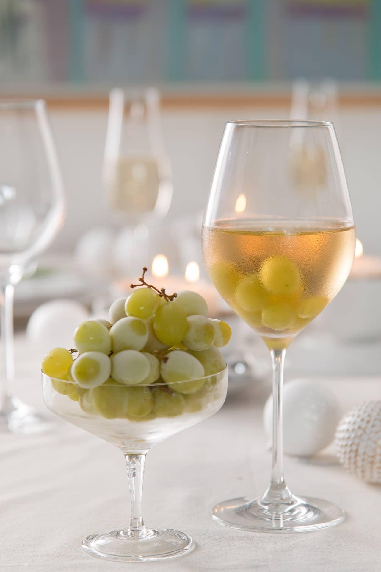 Imagem: Deixe as uvas no freezer, na hora de servir a bebida, use-as como gelo, fica uma delícia! Taças da Oxford Crystal. Foto: Cacá Bratke.