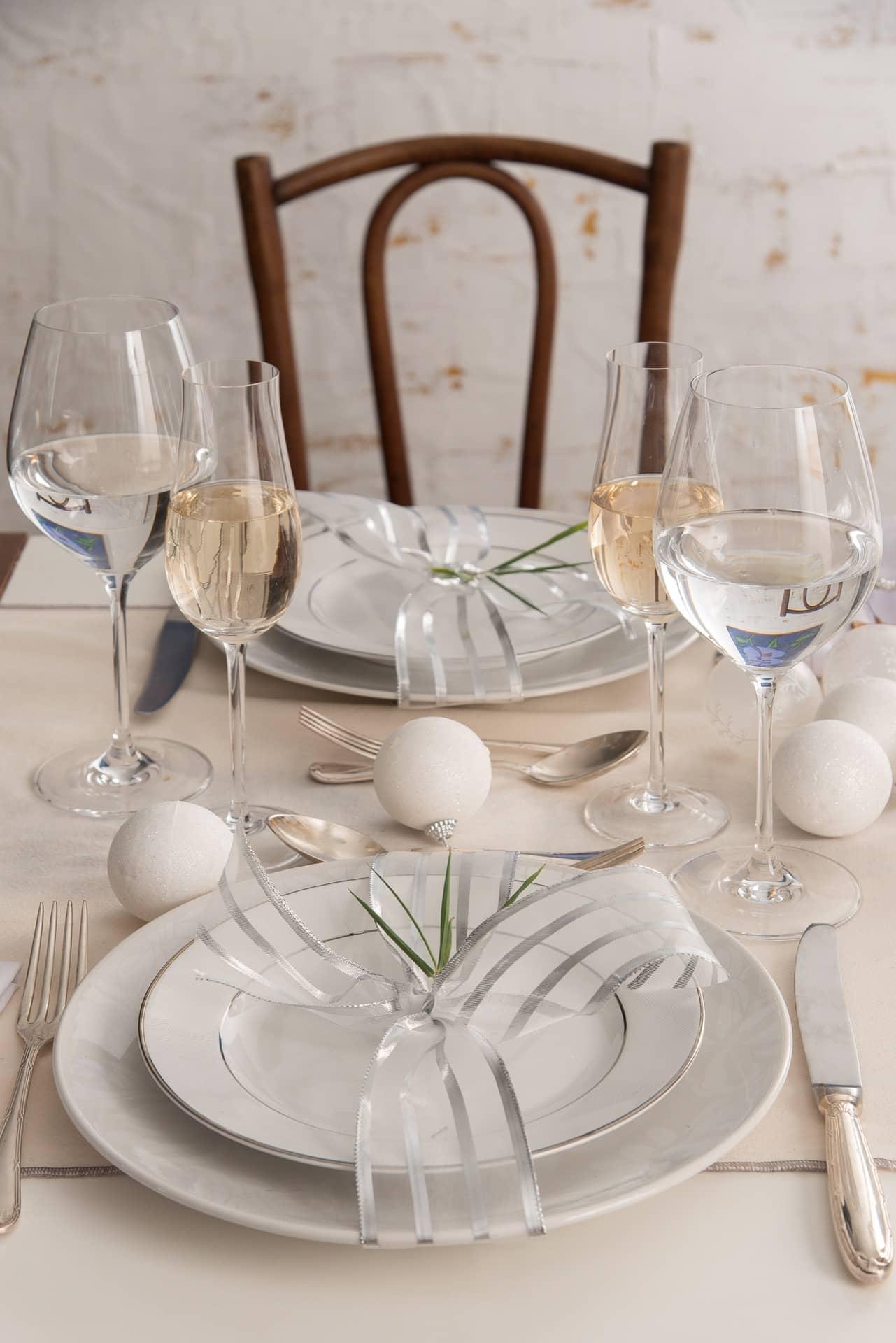 Imagem: Amarre o set de pratos com uma fita prata, fica charmoso, como um presente para seus convidados. Repare como a transparência da fita deixa o visual leve. Foto: Cacá Bratke.