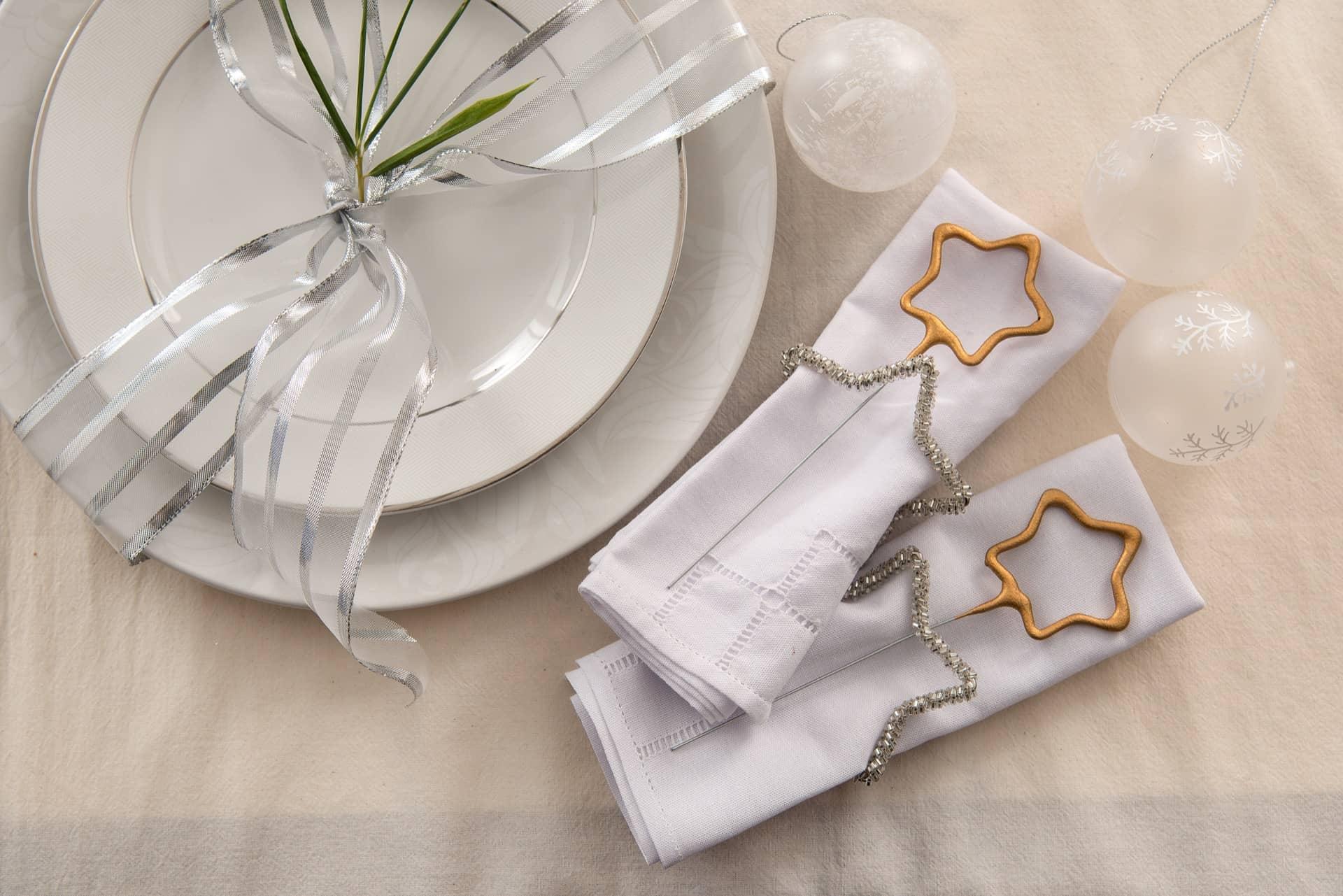 Imagem: Na hora da virada, uma vela de faísca em formato de estrela vai fazer a festa. Deixe-a presa no anel de guardanapo, que na verdade, é um enfeite de árvore de Natal, no mesmo formato.Foto: Cacá Bratke.