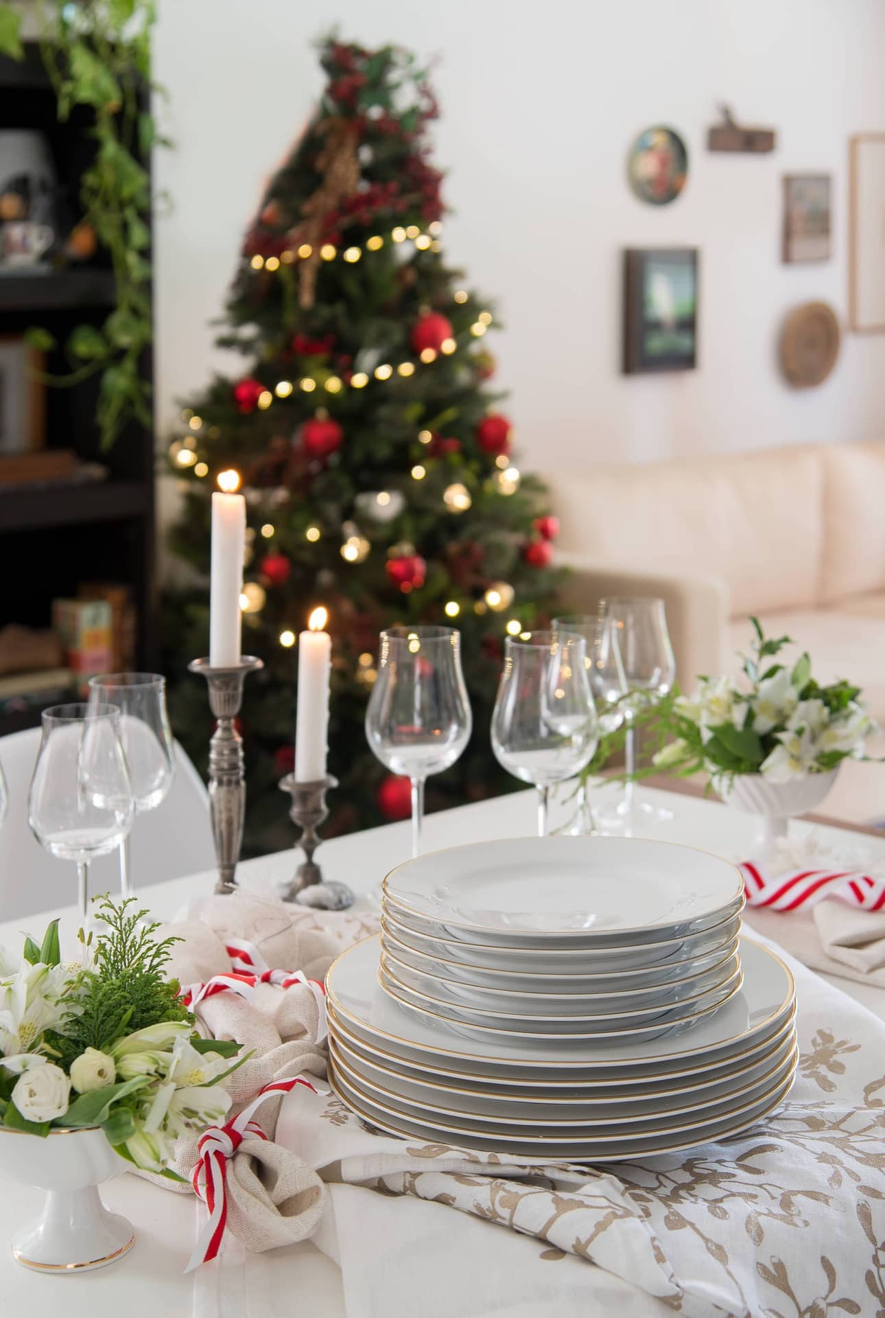 Imagem: Na mesa de Natal decorada, louças com delicado filete dourado da coleção Flamingo Sofia, da Oxford Porcelanas. As taças de vinho, com hastes delicadas e bojos amplos, são do modelo 245, da Oxford Crystal. Foto: Cacá Bratke.