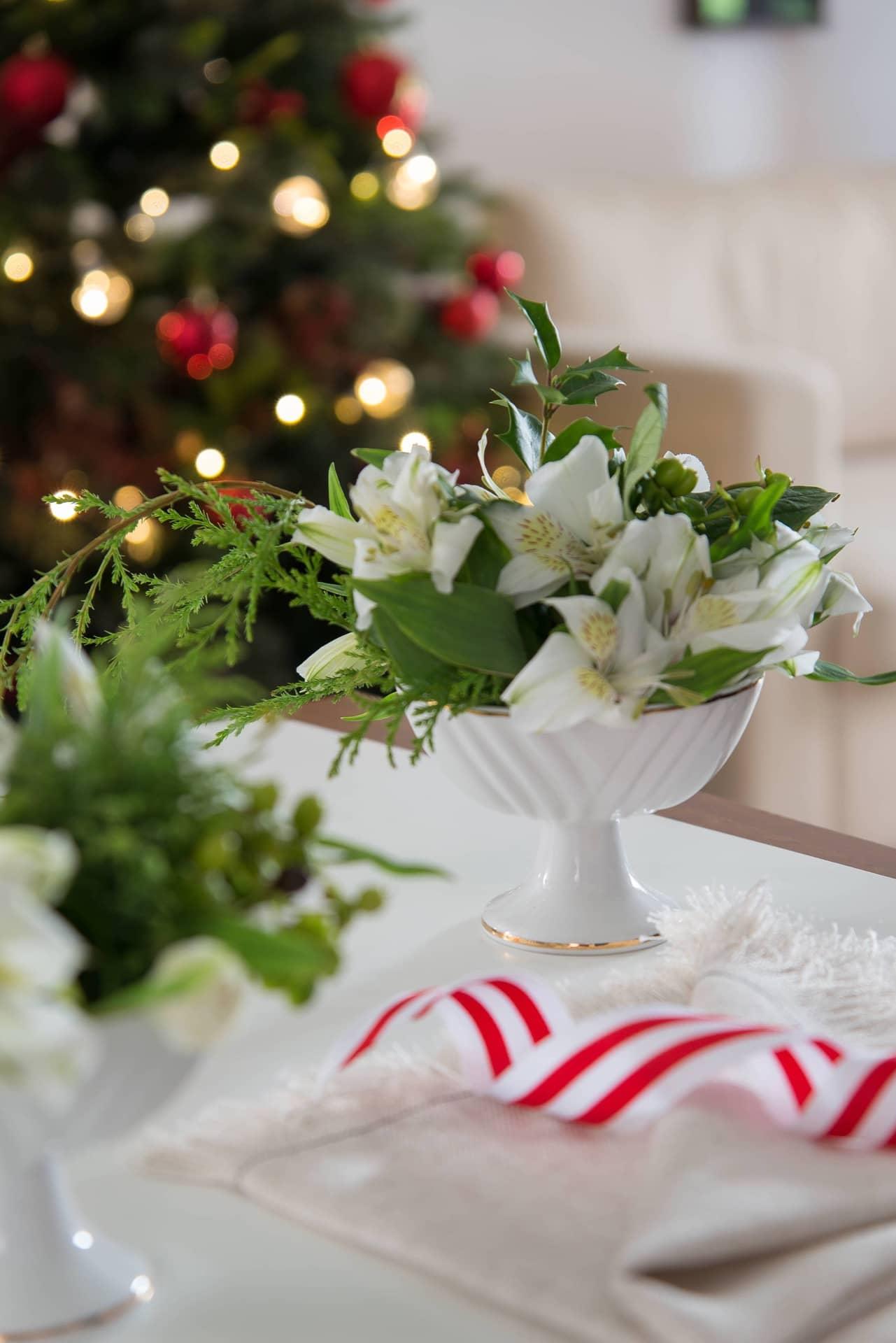 Imagem: Em dia de festa não pode faltar flor na mesa! No lugar de vasos, as flores brancas (astromélias) foram colocadas nas taças de sobremesa Soleil Victoria da Oxford. A altura é perfeita para não atrapalhar a conversa entre os convidados. Fotos: Cacá Bratke.