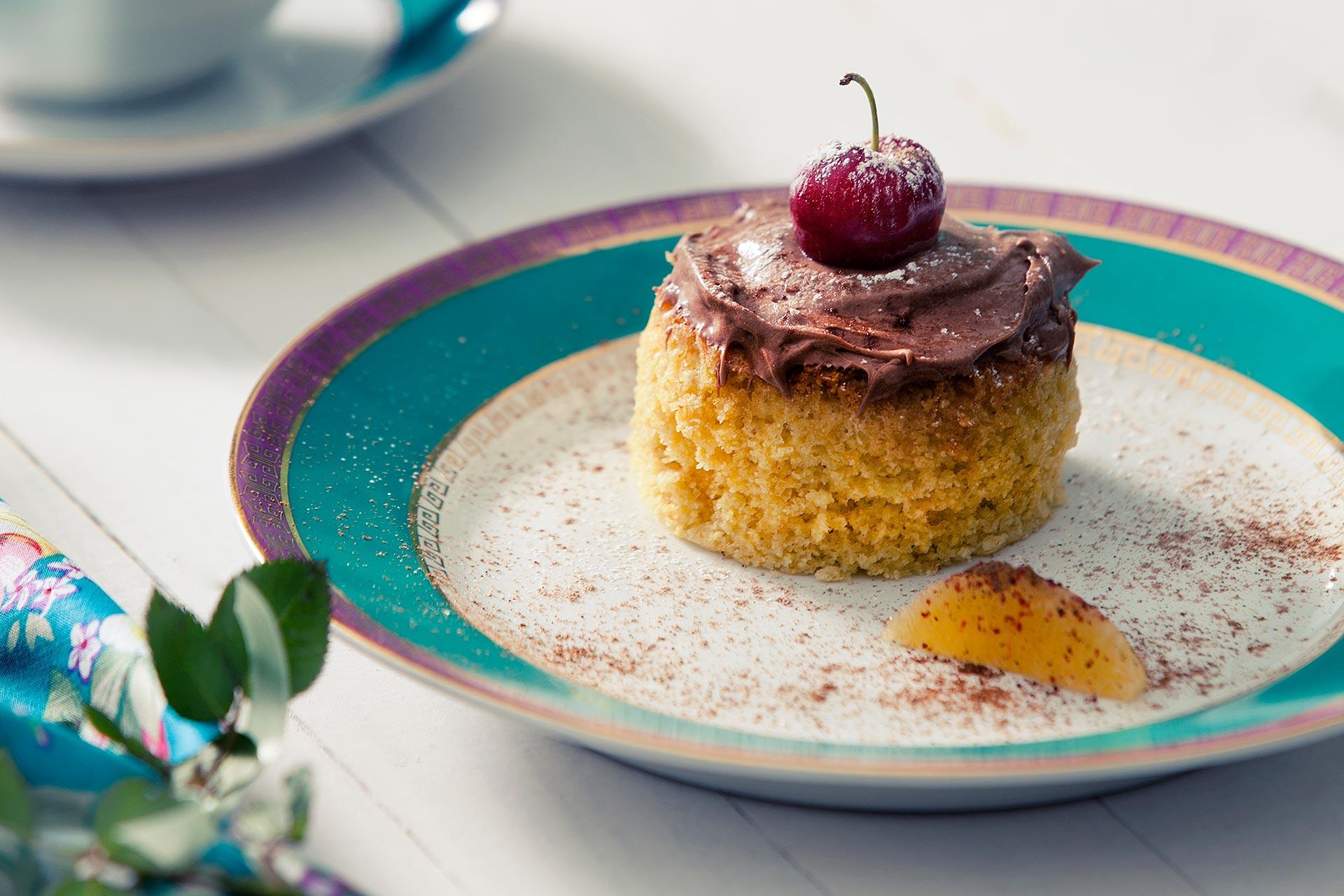 Imagem: Os detalhes fazem toda a diferença nas fotos de receitas, como essa finalização linda e delicada com a cereja, açúcar de confeiteiro e chocolate em pó.