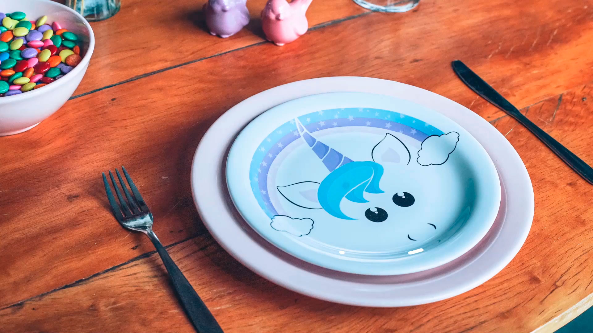 Prato com estampa da unicórnio, da Oxford Daily. Uma louça que promete ser o centro das atenções numa festa para crianças.