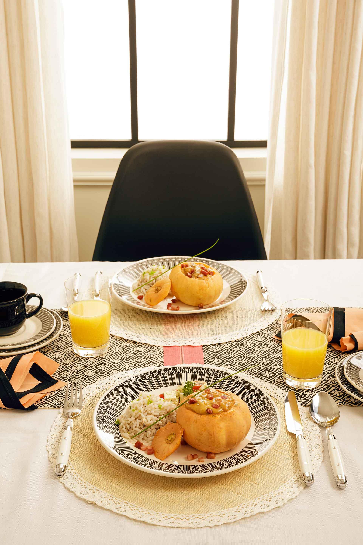 Imagem: Aproveite as janelas para garantir aquela iluminação mais natural para fotografar as suas receitas. Os pratos dessa cena são da marca Biona.