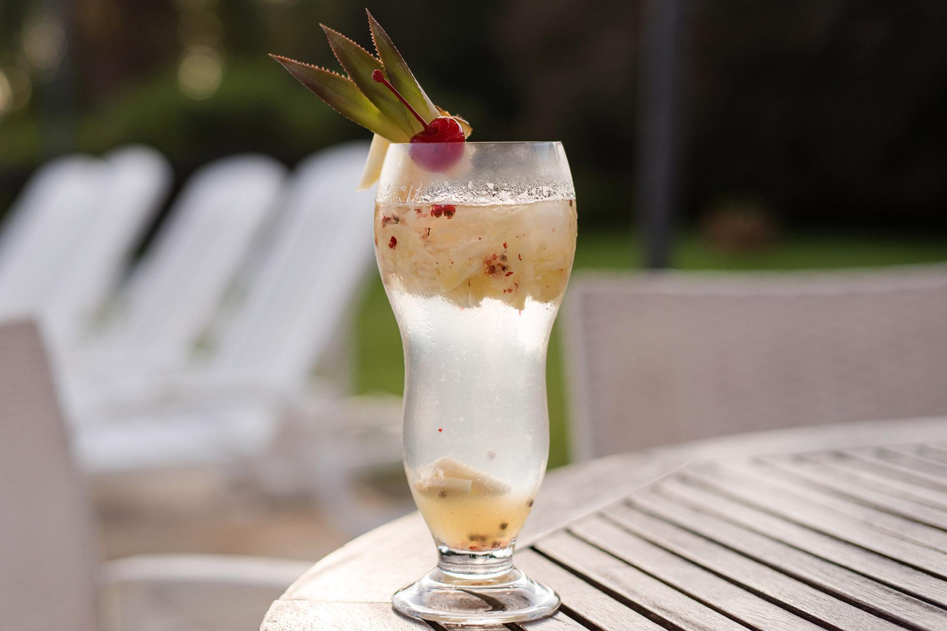Imagem: Sober Pineapple Fizz, um drink com pimenta rosa. Aprenda a receita aqui no Puxe uma Cadeira. Foto: Karla Rudnick.