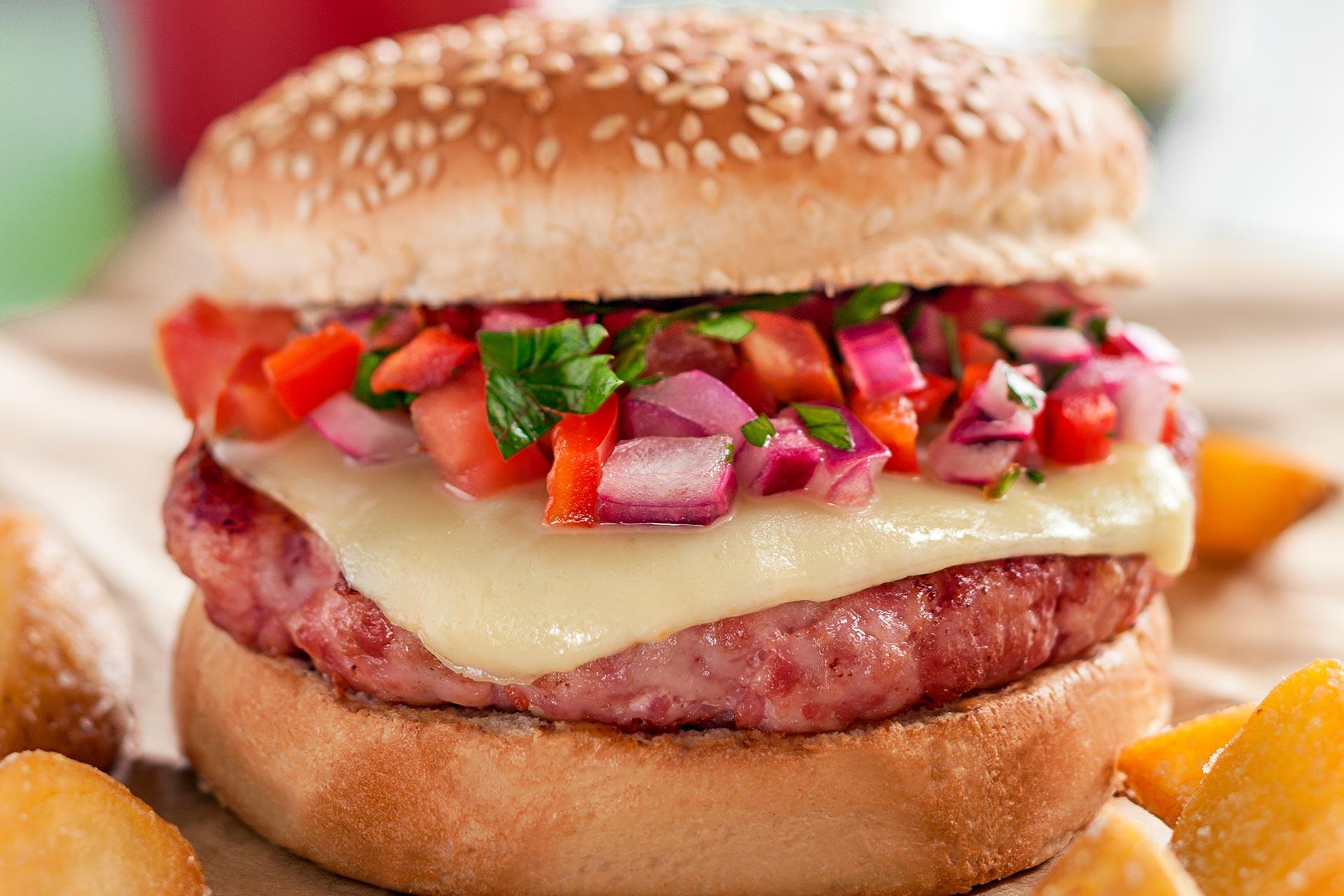 Imagem: Vai dizer que esse super close não te fez ficar com água na boca por esse hambúrguer? Foto: Raphael Günther/Bespoke Content.