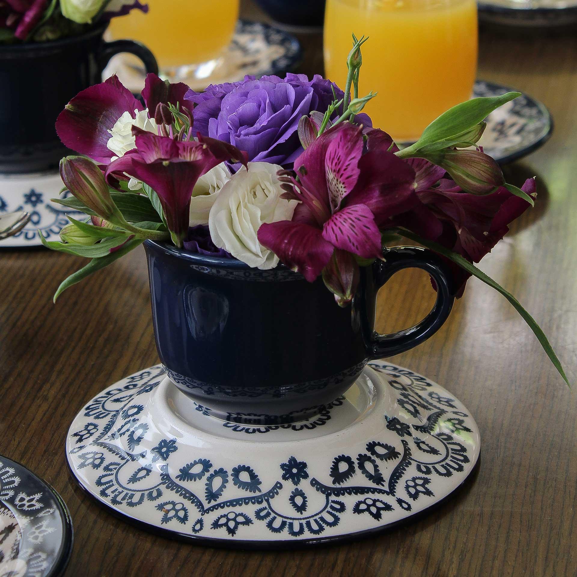 Imagem: Mini arranjo de flor com a xícara e o pires. Foto: Cacá Bratke.