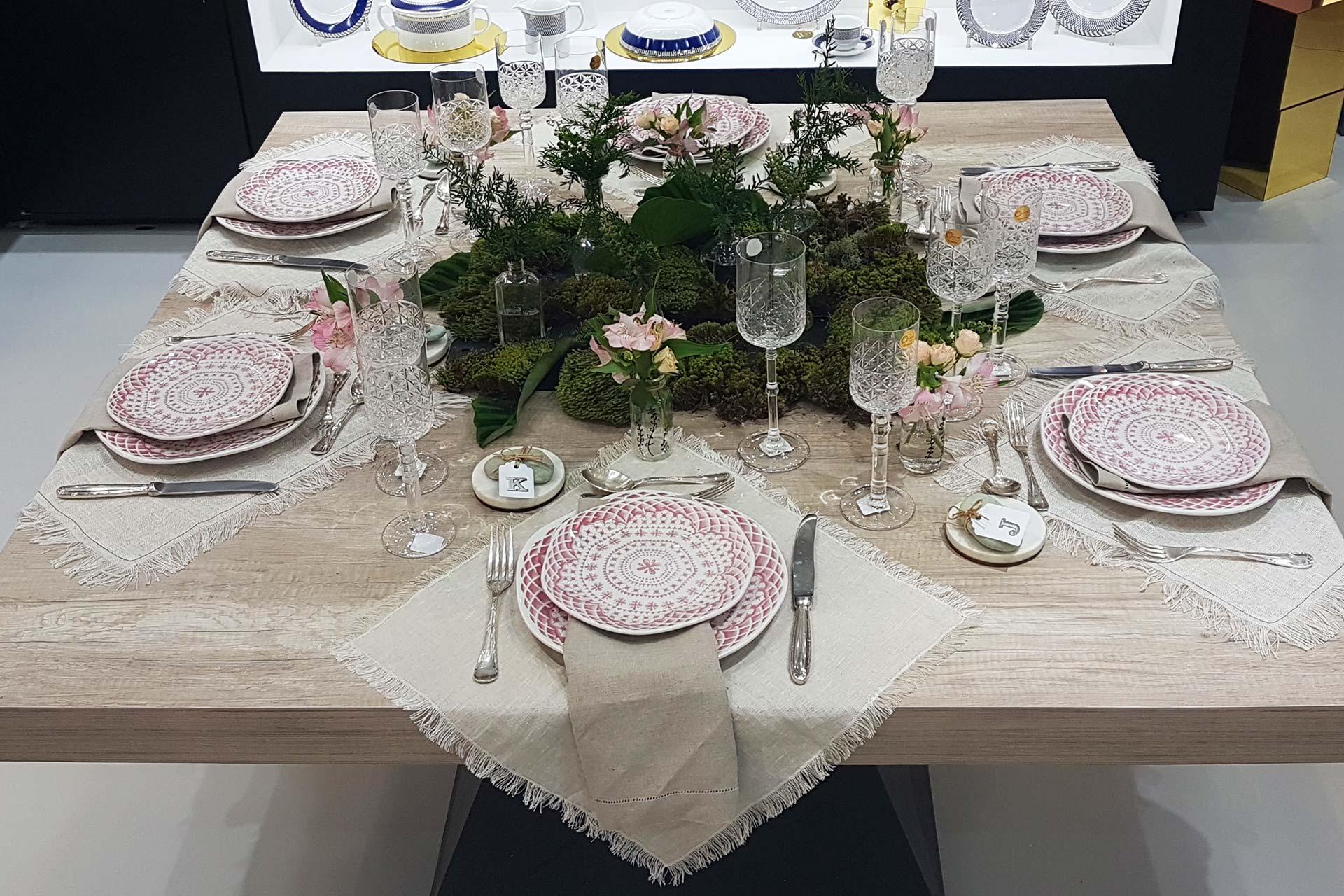 Imagem: Mesa feita pela Claudia Pixu no estande da Oxford na feira Home & Gift Abup. Ela usou tábuas de ardósia para compor o arranjo. A louça é a Ryo Paris, lançamento da linha Oxford Porcelanas.
