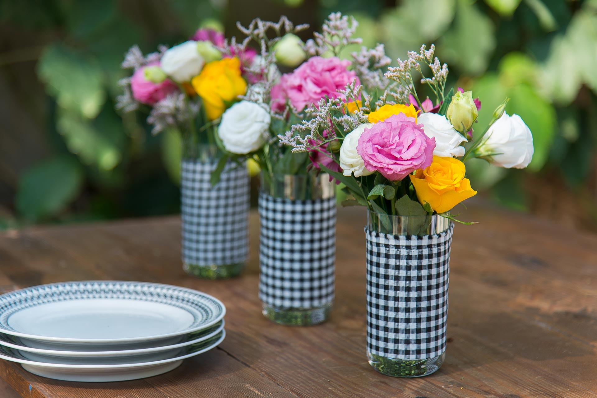 Imagem: Dá pra montar lindos arranjos de flores para a mesa usando copos de cristal. Foto: Cacá Bratke.