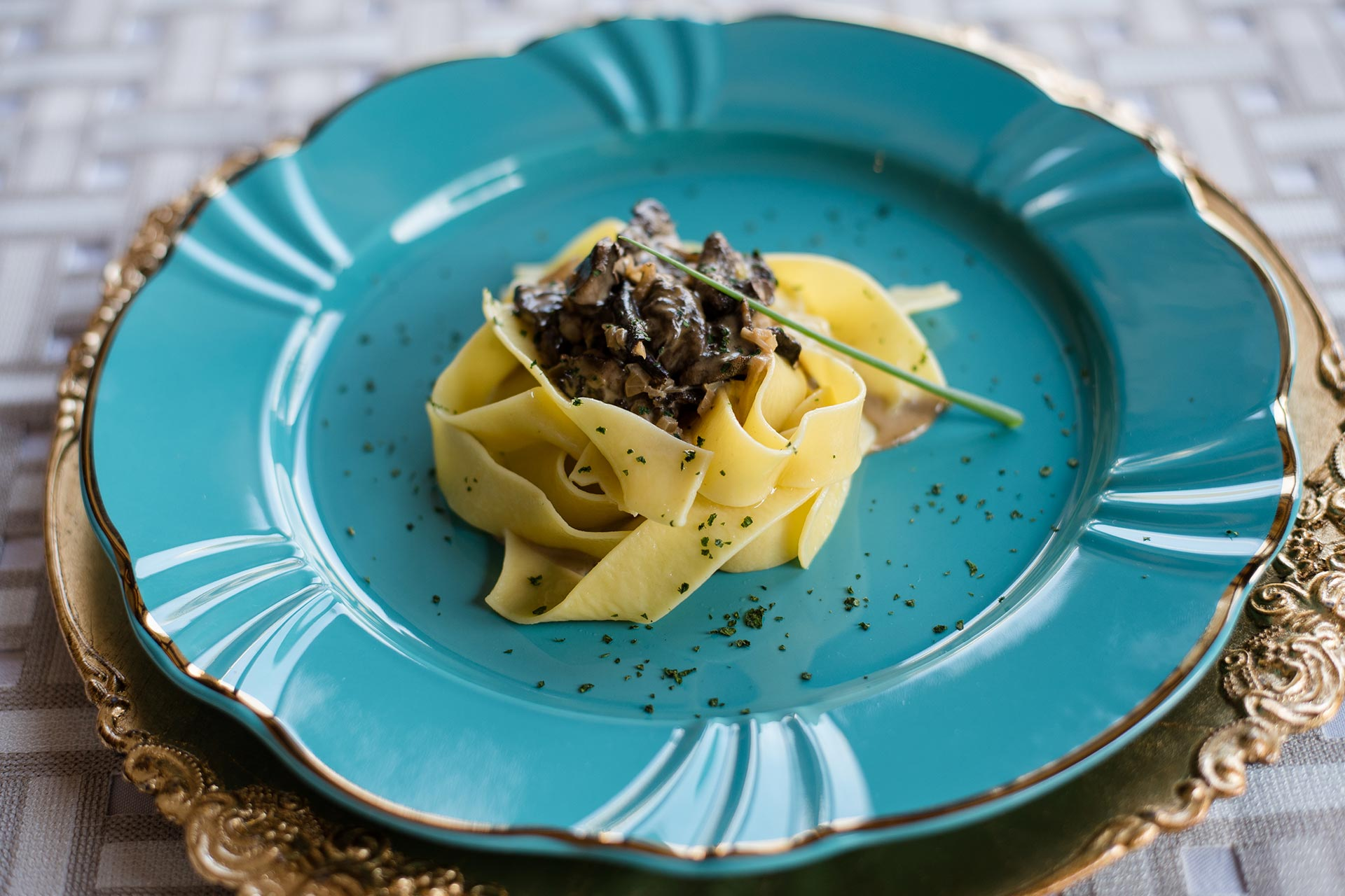Imagem: Simples e rápida! Essa receita de macarrão com molho funghi é perfeita para quem não gosta de passar muito tempo no fogão! Foto: Karla Rudnick.