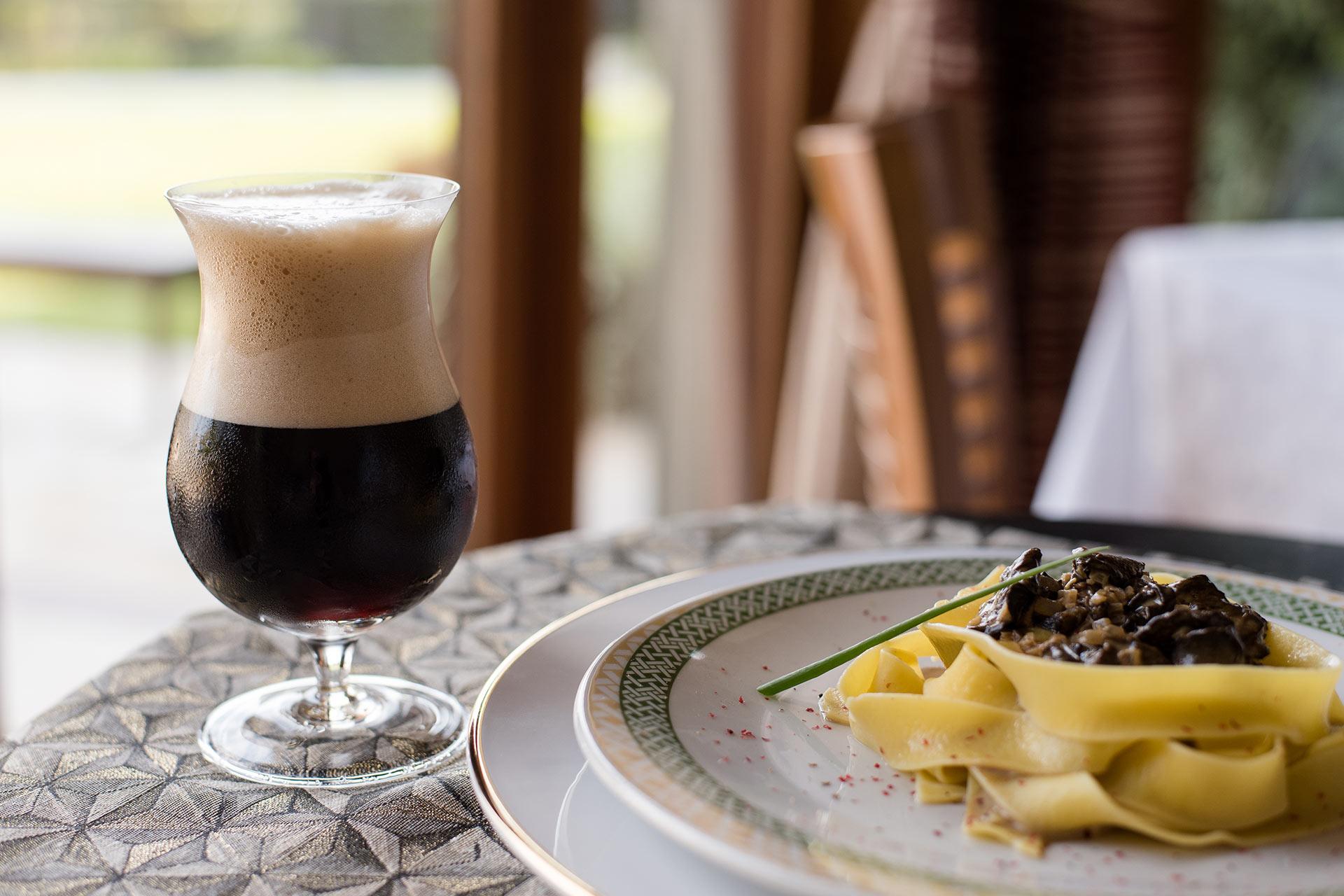 Imagem: O sabor amadeirado do funghi secchi é perfeito para harmonizar com o gosto marcante das cervejas negras estilo Porter. Foto: Karla Rudnick.