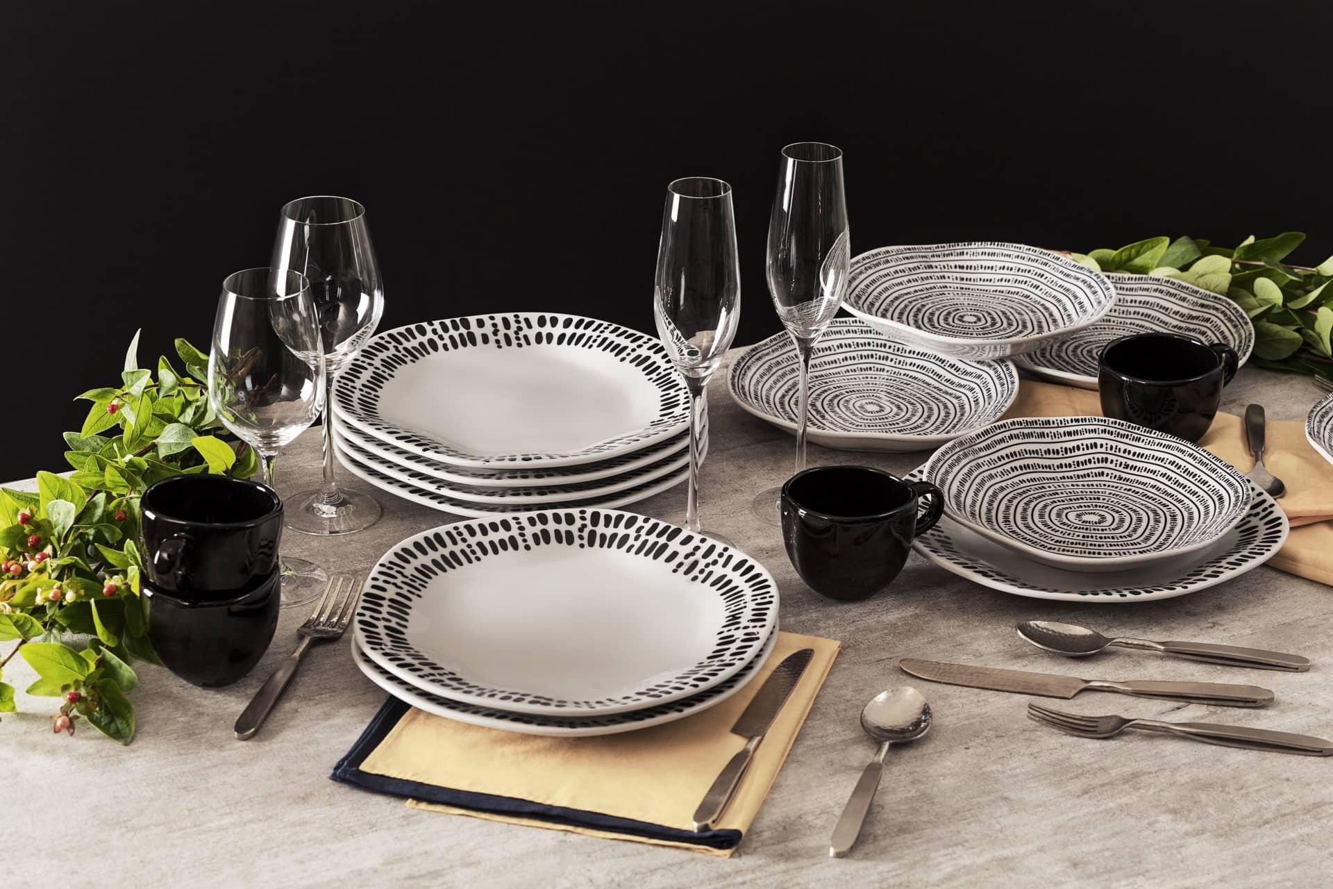 Imagem: Na coleção Ryo Ink, da linha Oxford Porcelanas, as pinceladas de tinta preta, e os formatos irregulares dos pratos, remetem à filosofia wabi-sabi que valoriza a beleza do imperfeito.