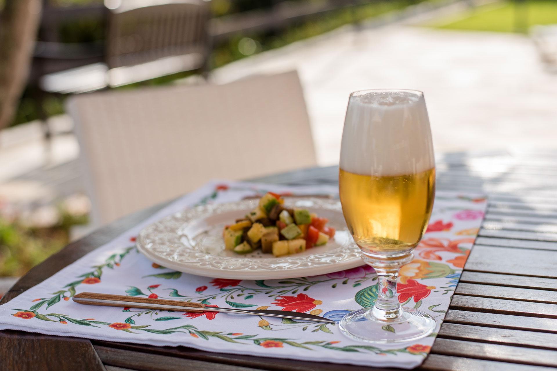 Imagem: A Pilsen é uma cerveja leve e de mesma intensidade do Ratatouille, fazendo a harmonização por semelhança. Foto: Karla Rudnick.