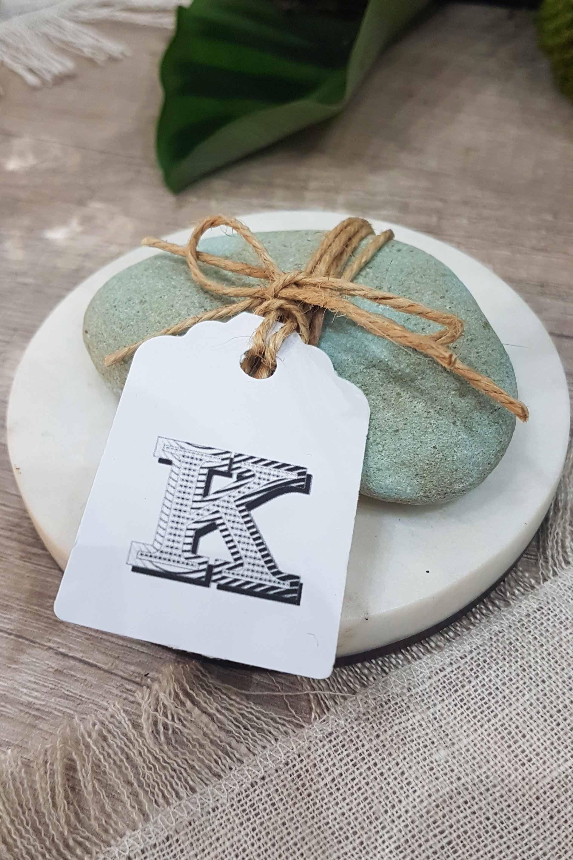 Imagem: Você pode imprimir o nome ou a inicial do convidado, usando o tipo de letra que preferir.
