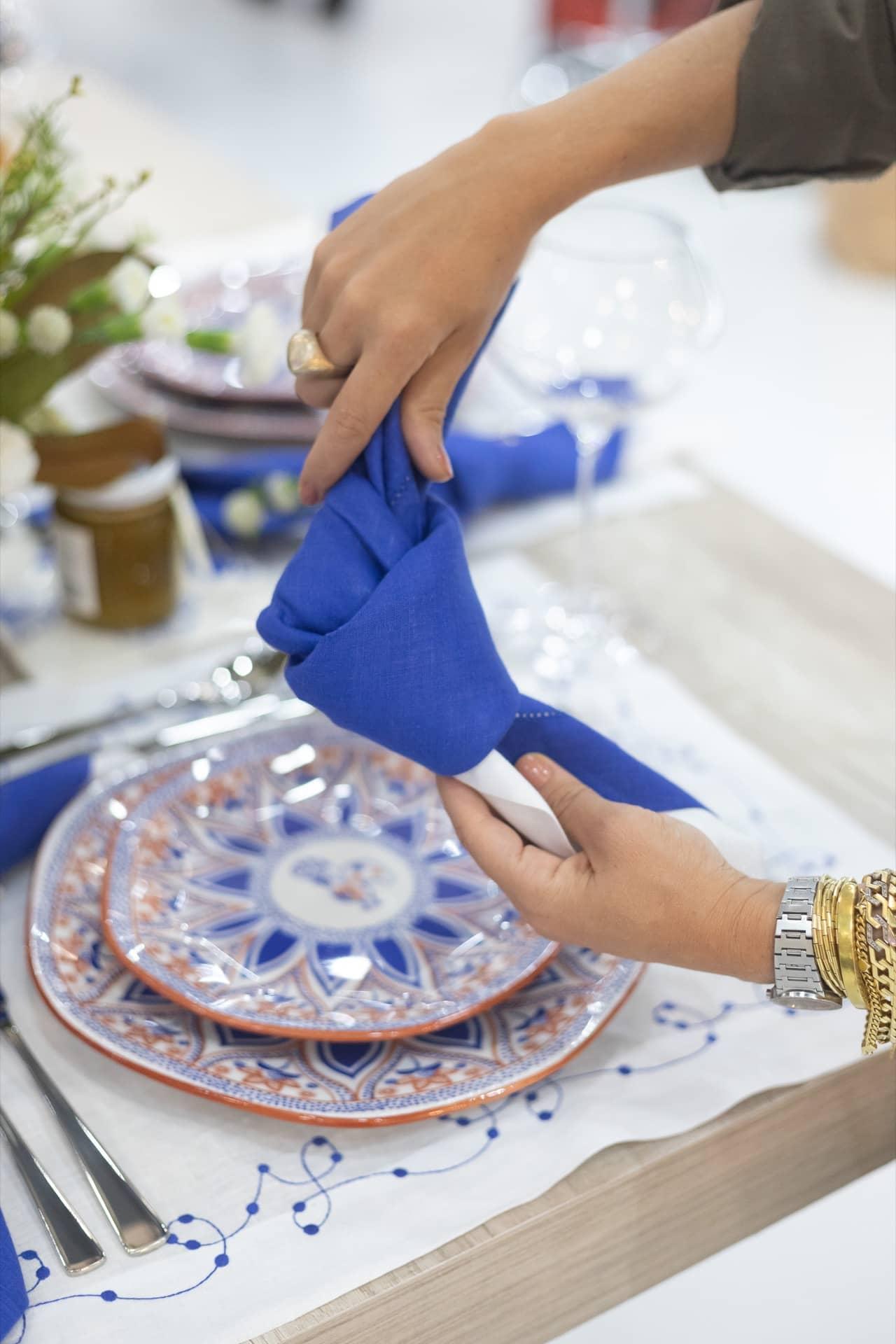 Imagem: E a primeira dica de Lucila Turqueto é: dê um nó no guardanapo para criar um volume interessante. Assim, não é necessário usar um anel de guardanapo. Foto: Carolina Prieto.