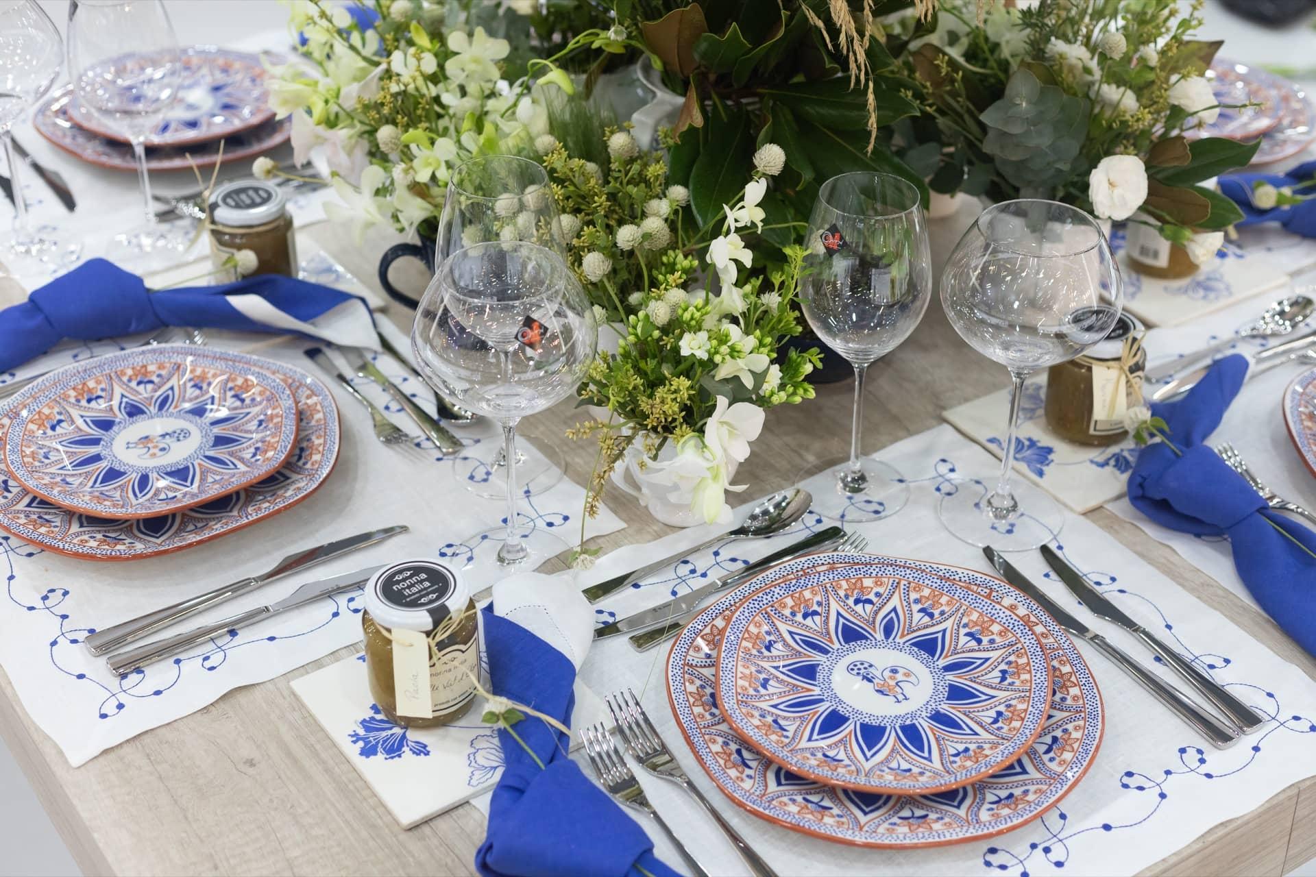 Imagem: Para completar a mesa posta com inspiração portuguesa, taças de cristal da linha Alumina Crystal da Oxford, bonitas e resistentes. Foto: Carolina Prieto.