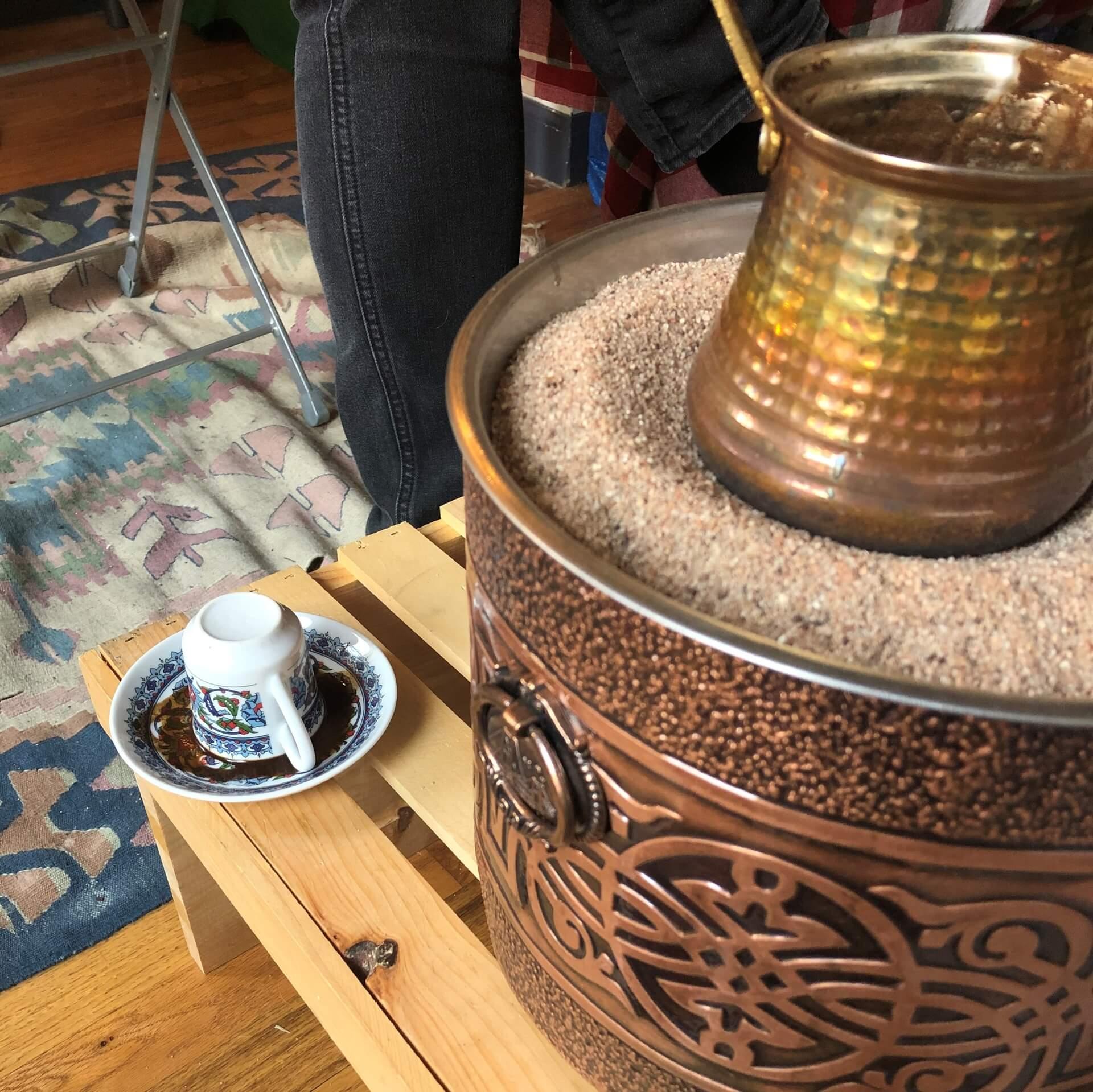 Imagem: A tradição da leitura da borra do café: Xícara virada com restante do líquido escorrendo, para depois fazer a leitura.
