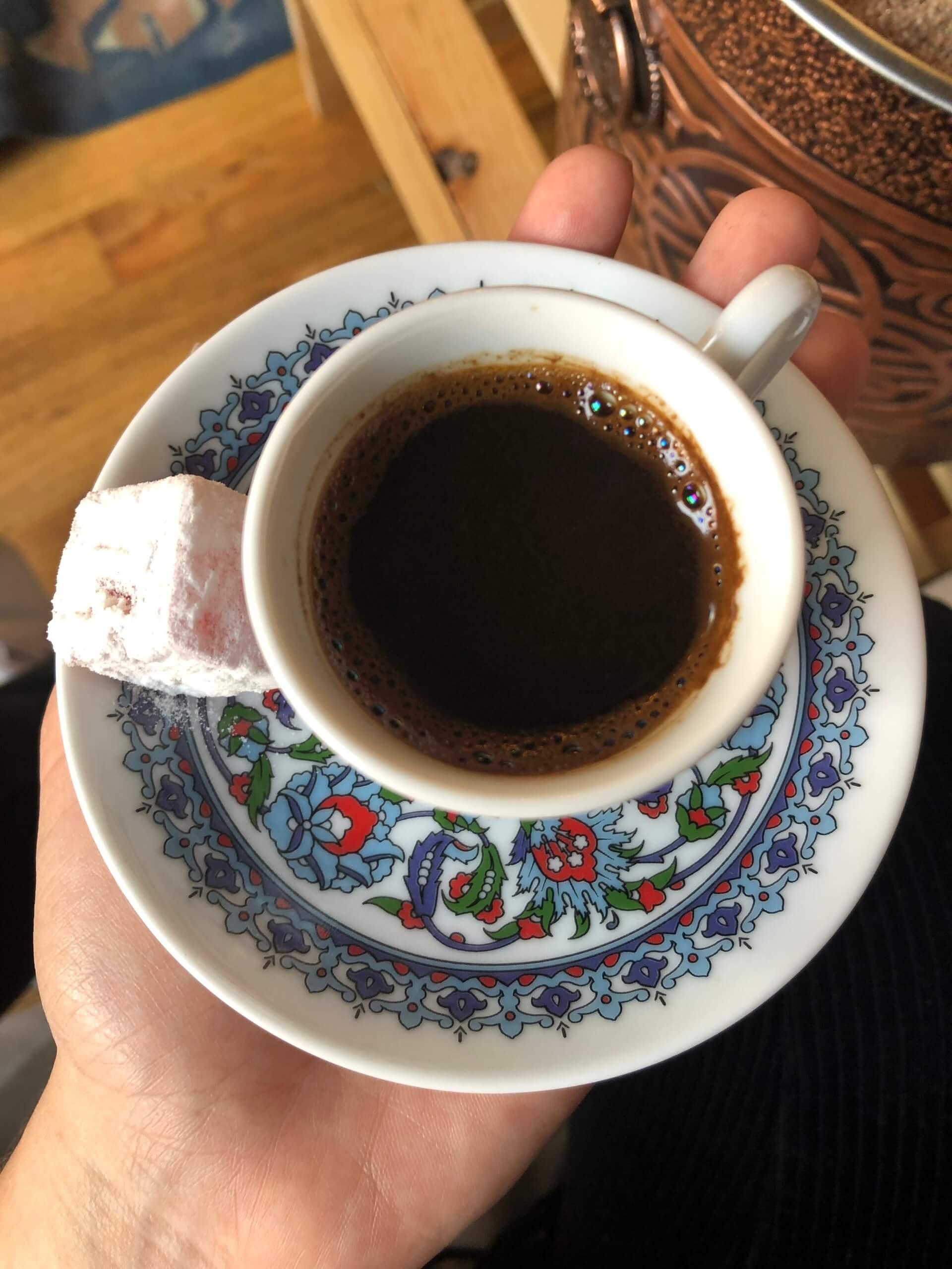 Imagem: Meu café pronto, acompanhado de lokum sabor rosas.
