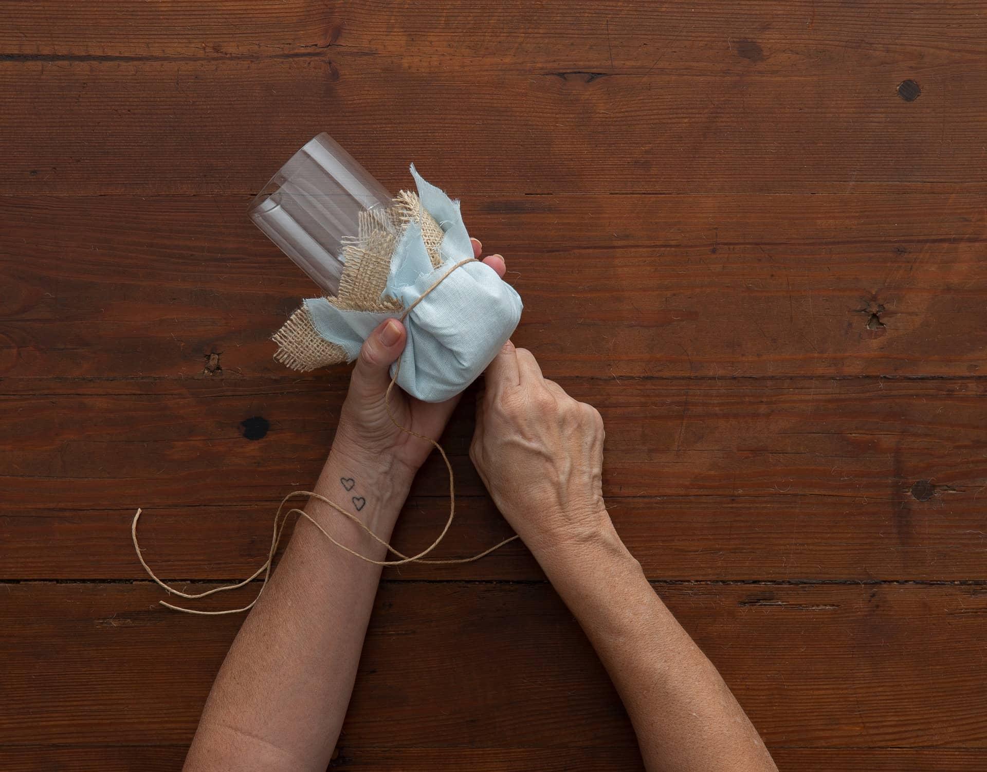 Imagem: Passo 5: amarre o tecido e a juta com o fio de rami. Foto: Cacá Bratke.