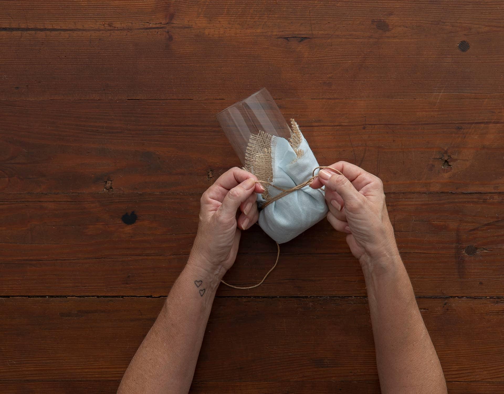 Imagem: Passo 6: dê um nó apertado, para ficar bem firme. Foto: Cacá Bratke.