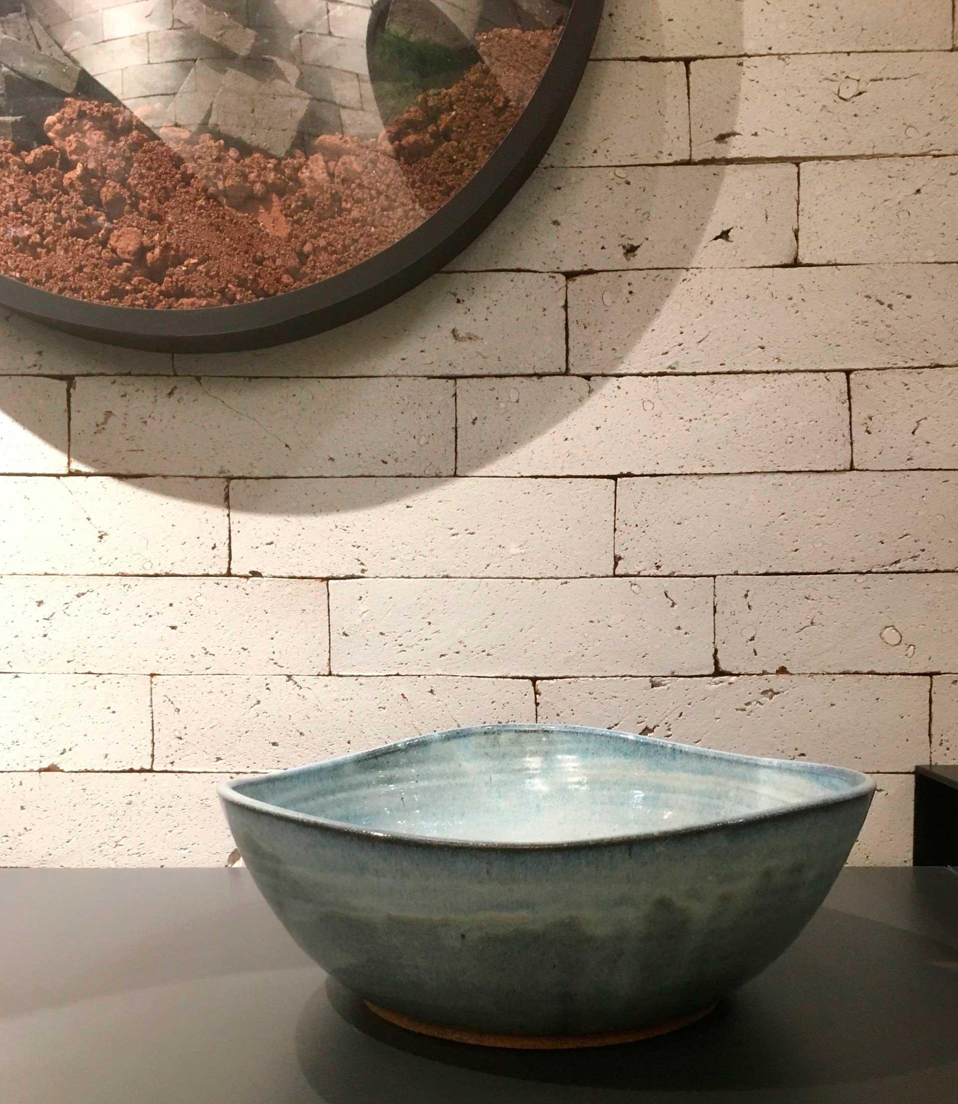 Imagem: Cuba Onda Blu Chiaro, lançamento da Lepri Casa. A cuba, além de ser em cerâmica (que remete ao trabalho manual), também tem formas bem orgânicas, imperfeitas e arredondadas. Foto: Arquiteca Projetos.