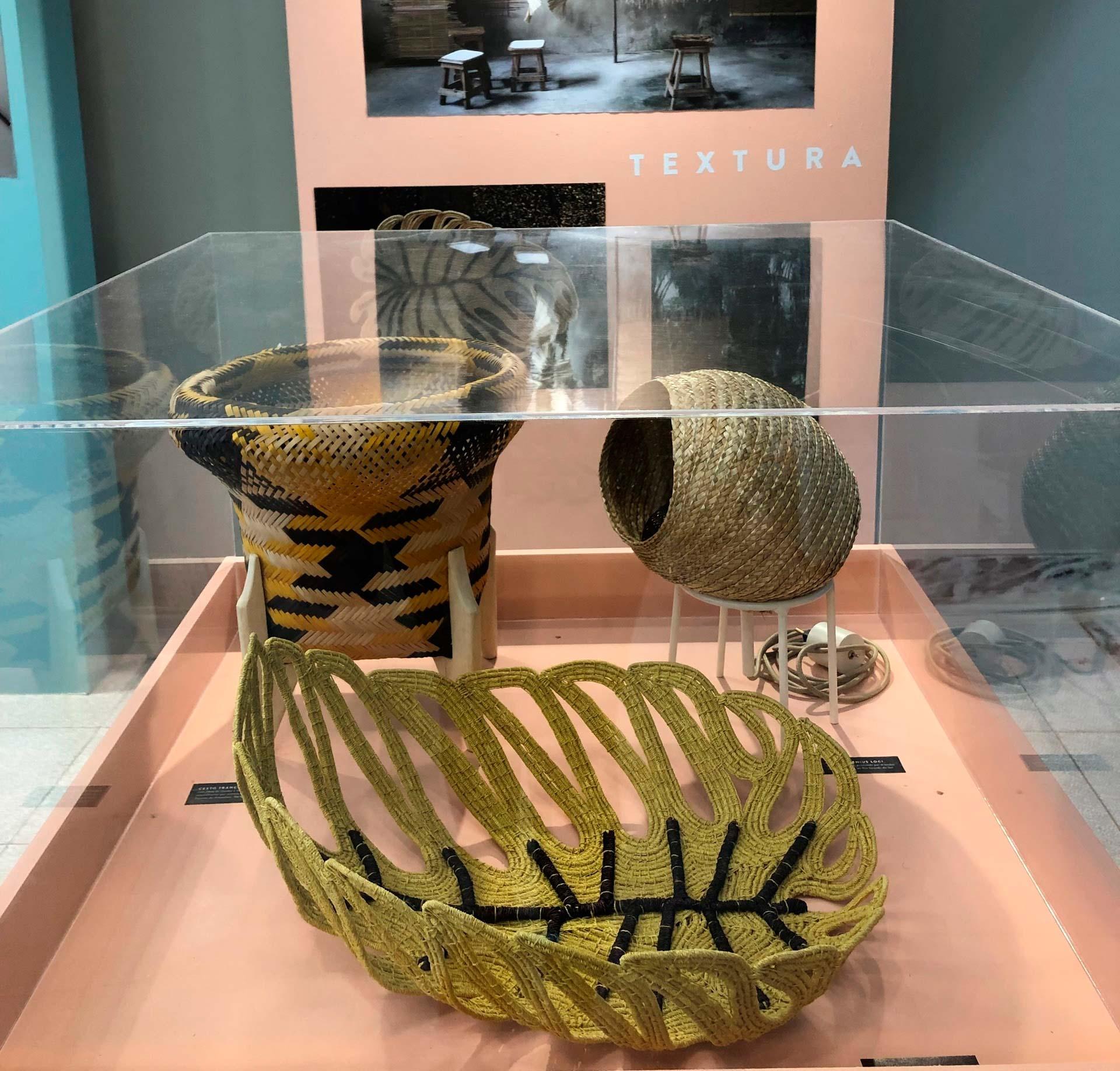 Imagem: Composição de luminária ninho com cestos que valorizam as formas e fibras naturais no stand da Editora Globo. Foto: Arquiteca Projetos.