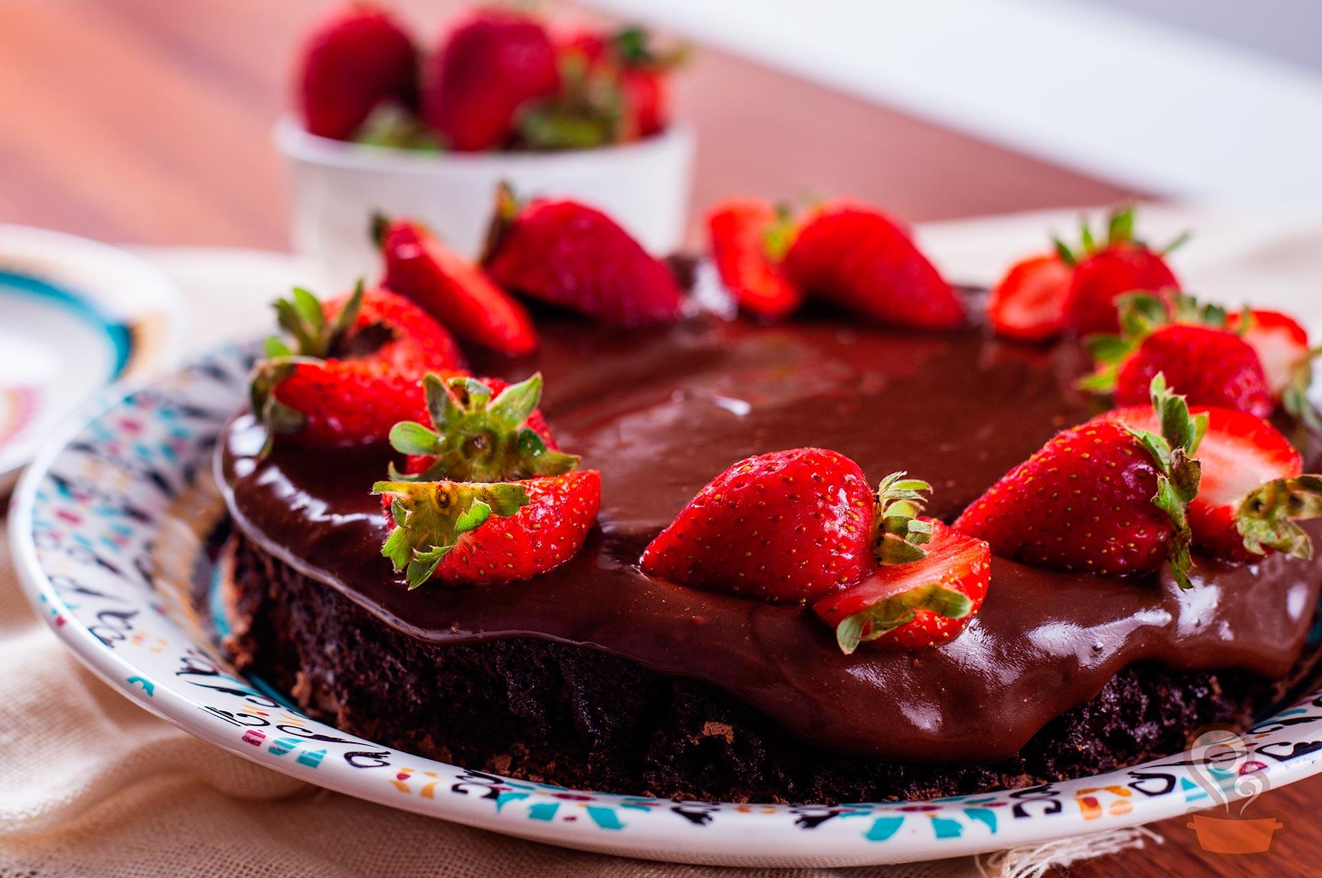 Imagem: Uma torta de chocolate levíssima e linda! Pode confessar que deu água na boca só de olhar a foto. Foto: Na Minha Panela.