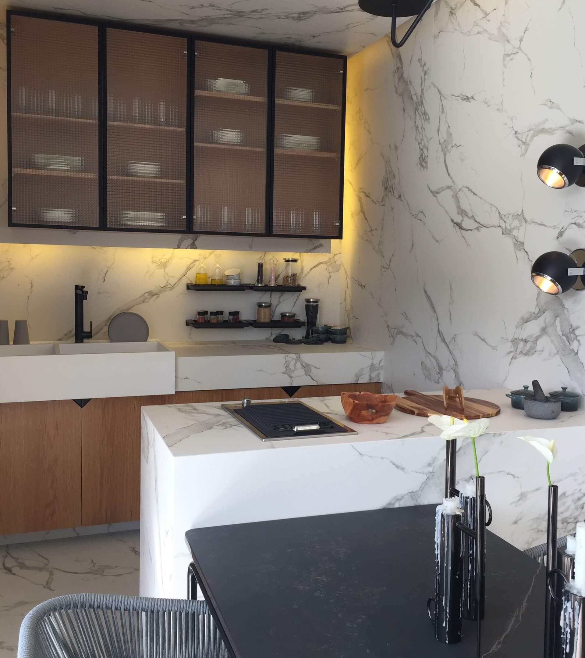 Imagem: Bancadas, piso e parede de porcelanato marmorizado em cozinha da Casa Cor Florianópolis 2018. Foto: Arquiteca Projetos.