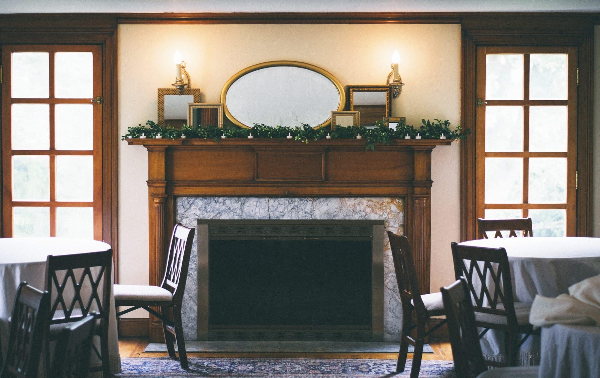 Imagem: Superfícies marmorizadas para uma decoração clássica, elegante e sofisticada. Leirara revestida com mármore Carrara, detalhes em madeira e luminárias douradas.