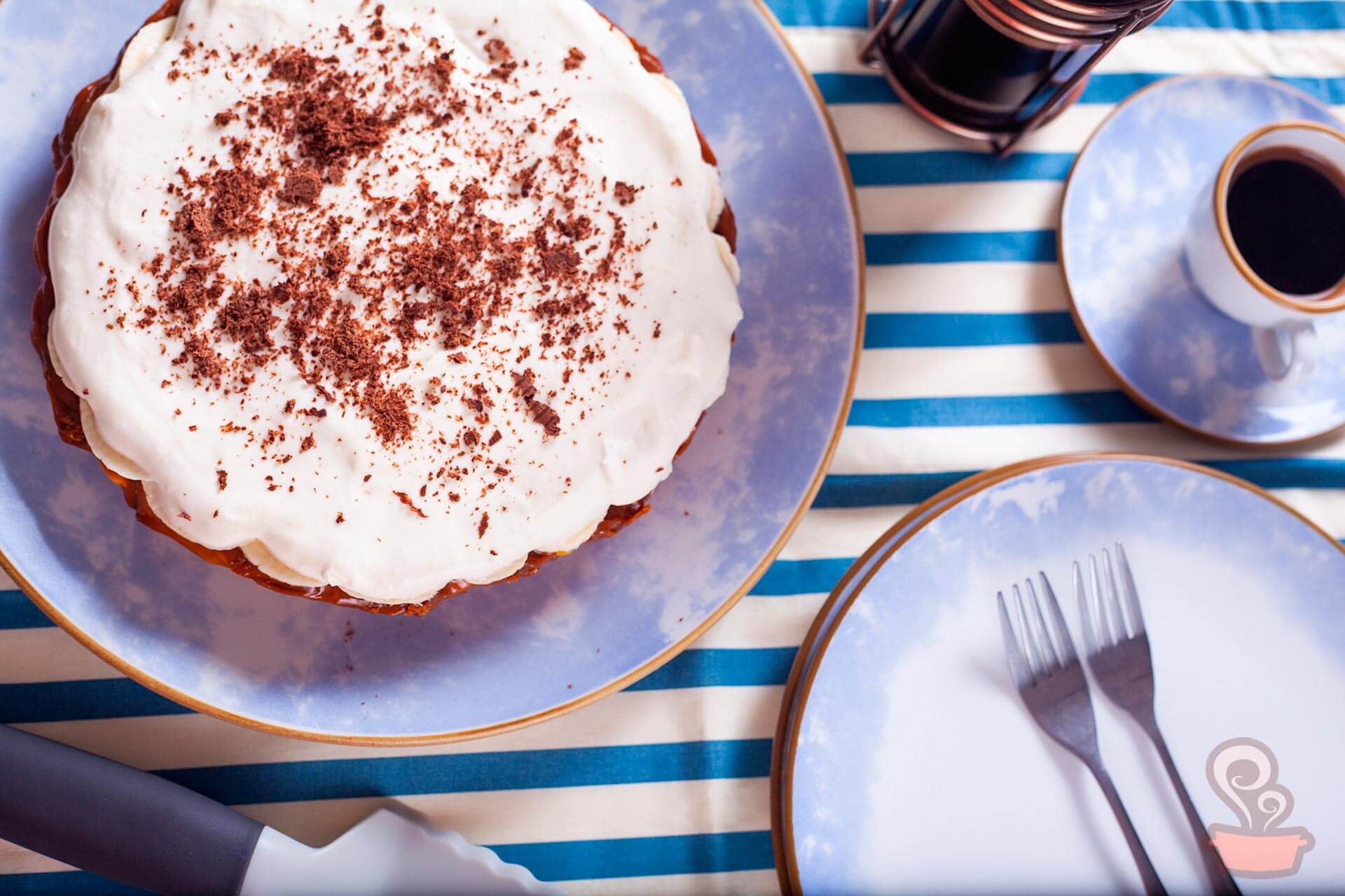 Imagem: O Puxe uma Cadeira te dá uma sugestão de sobremesa perfeita para o Dia das Mães: a torta banoffee. Aqui ela foi servida no prato Coup Celeste, da linha Oxford Porcelanas. Foto: Na Minha Panela.