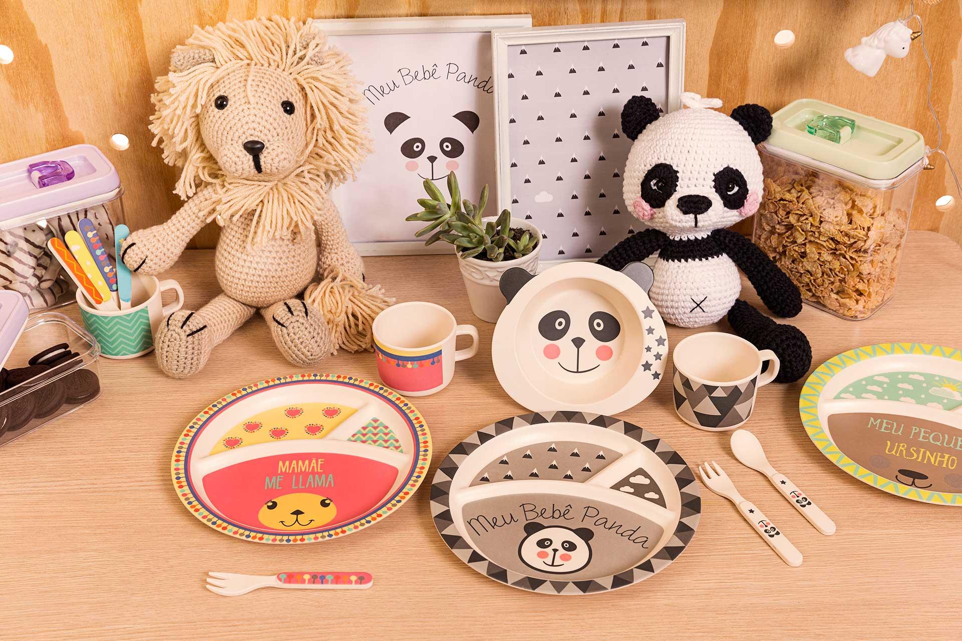 Imagem: O conjunto para refeições infantis é feito com fibra de bambu. As peças estão à venda na Loja Virtual da Oxford e também em revendedores por todo o país. São cinco opções de estampas: Bebê Panda, Unicórnio, Leãozinho, Ursinho e Me Lhama.