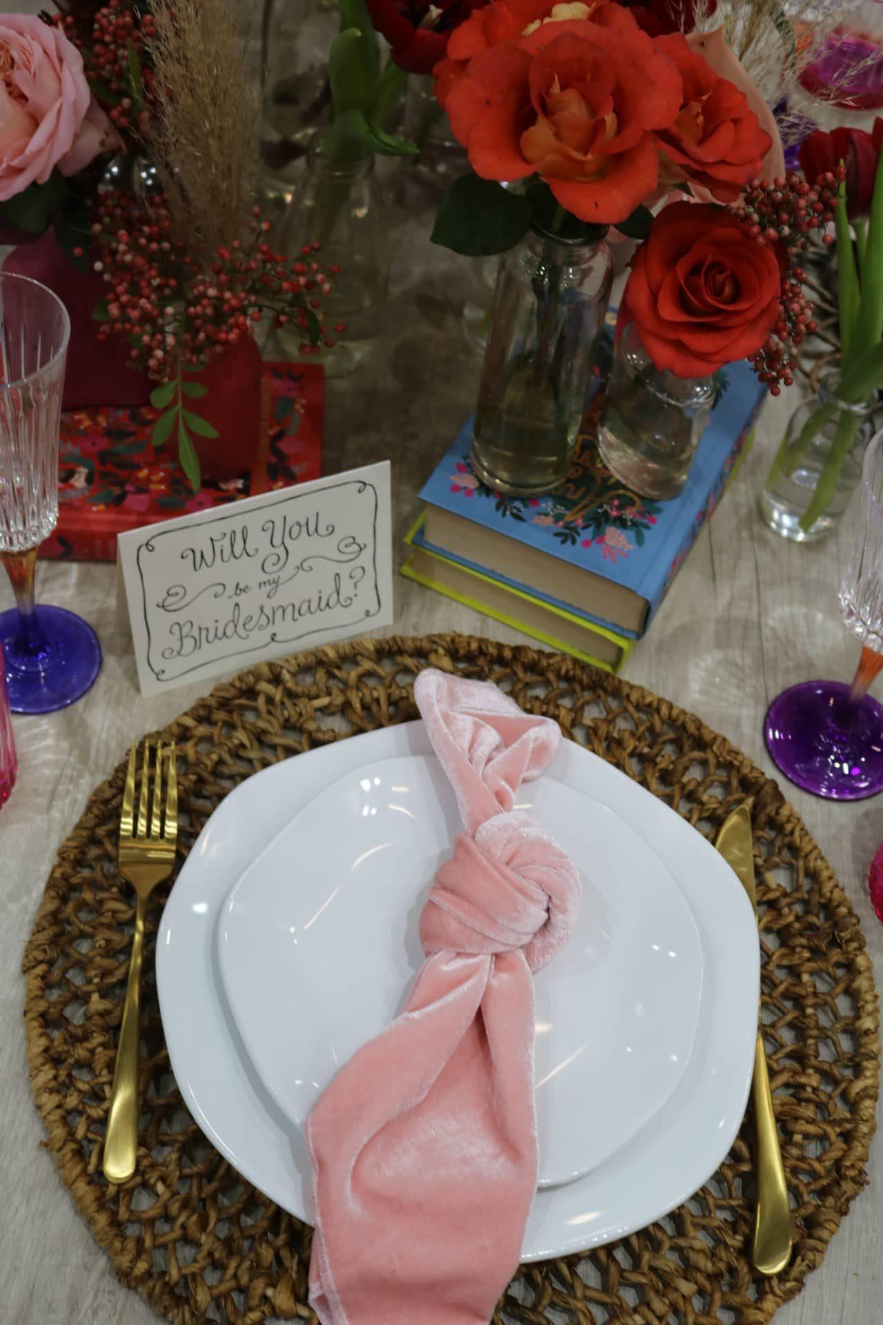 Imagem: Um cartão criado especialmente para o evento é perfeito para convidar as madrinhas de casamento. Os guardanapos de veludo rosa dão um toque de feminilidade. Foto: Lorena Baroni Bosio.