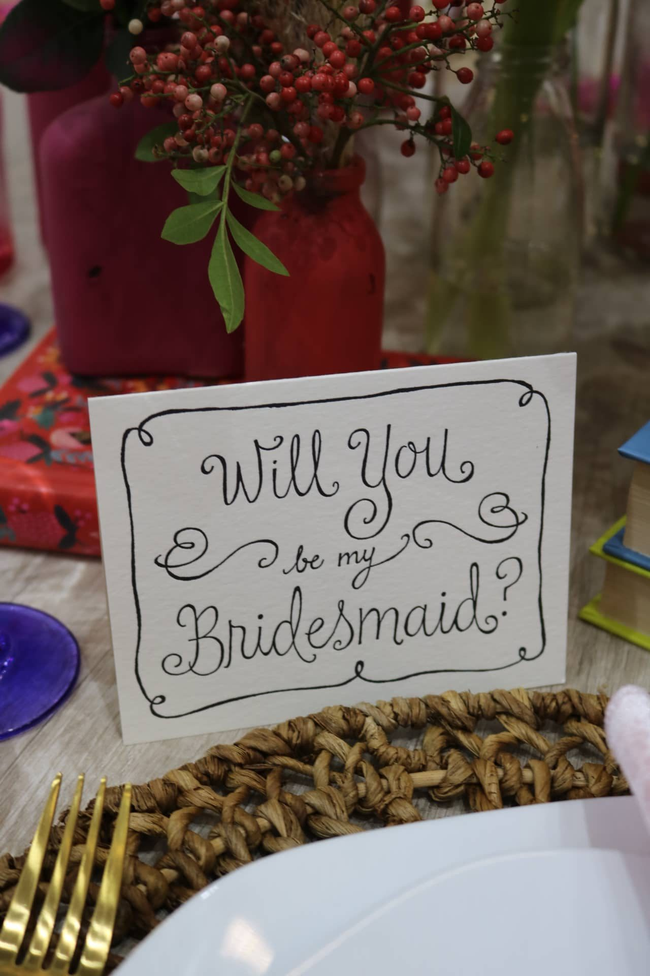 Imagem: Capriche na caligrafia ou imprima os cartões numa gráfica rápida. Suas convidadas vão amar! Foto: Lorena Baroni Bosio.