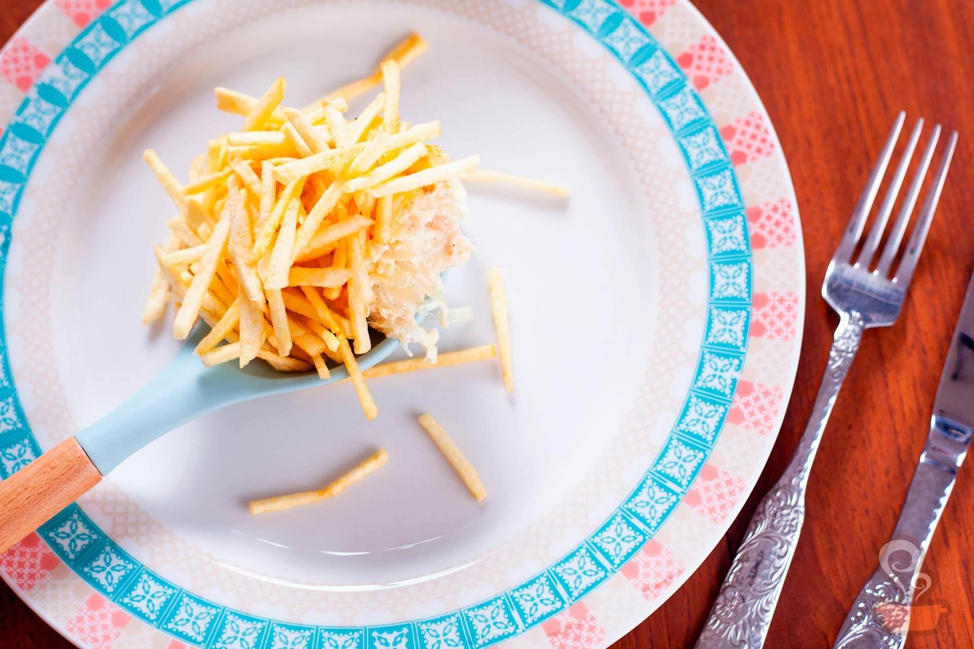 Imagem: Fricassê de bacalhau é a sugestão do Puxe uma Cadeira e do Na Minha Panela para o seu almoço de Dia das Mães. Na hora de servir, que tal usar os pratos da coleção Flamingo Colors, da linha Oxford Porcelanas? Foto: Na Minha Panela.