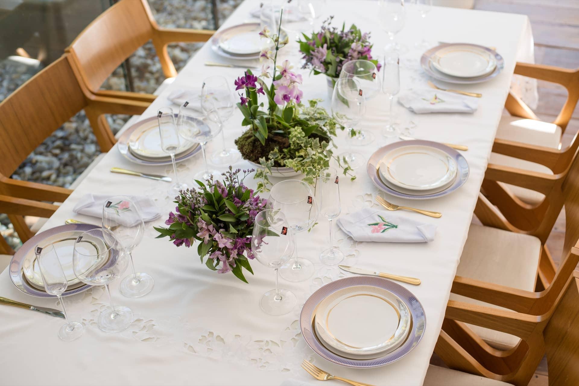 Imagem: Para compor uma mesa decorada para o Dia das Mães com estilo mais formal, use uma toalha de linho num tom claro. Aqui, nossa sugestão é uma toalha bordada. Foto: Karla Rudnick.
