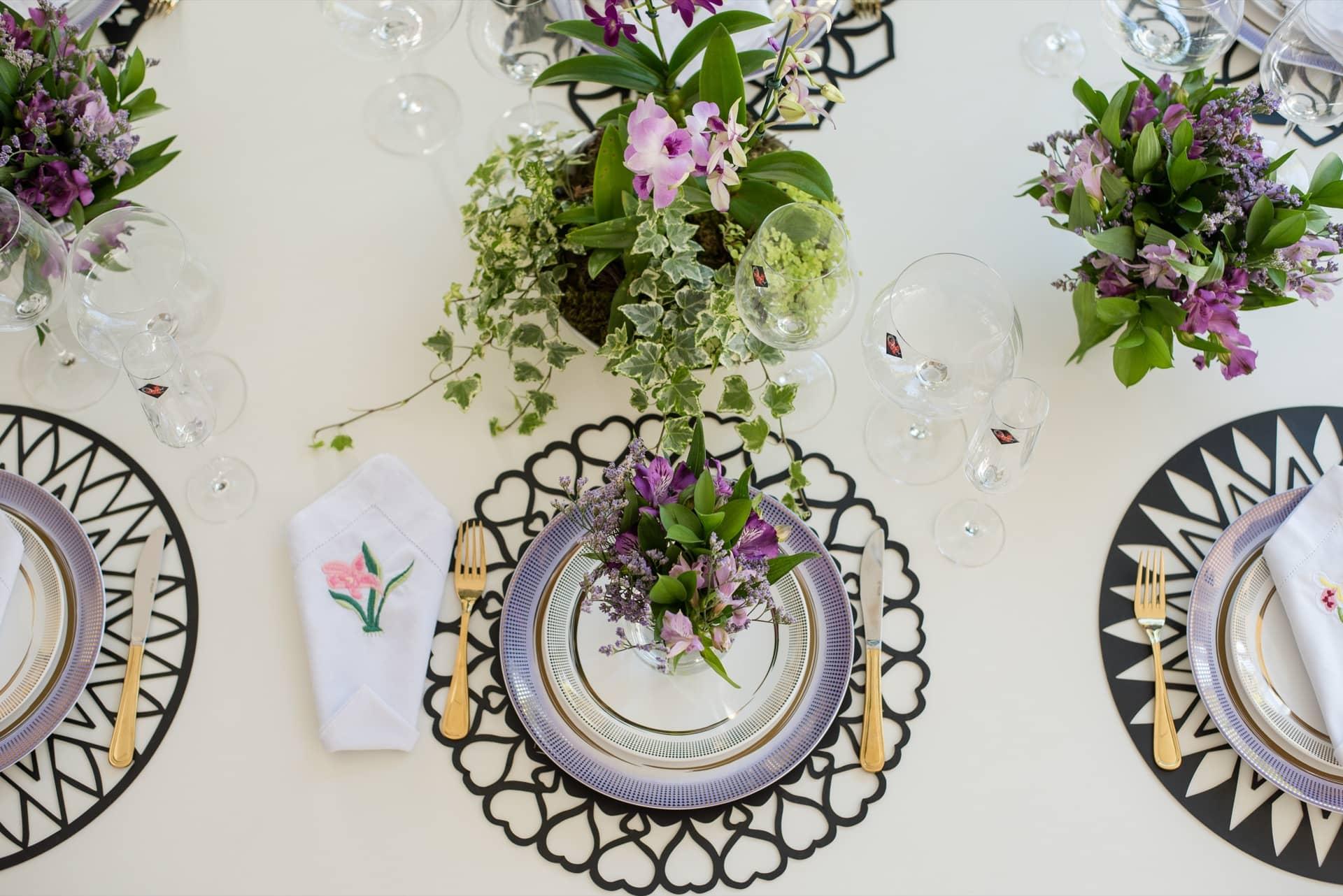 Imagem: Elementos geométricos nas louças e no jogo americano renovam a mesa decorada para o Dia das Mães. Foto: Karla Rudnick.