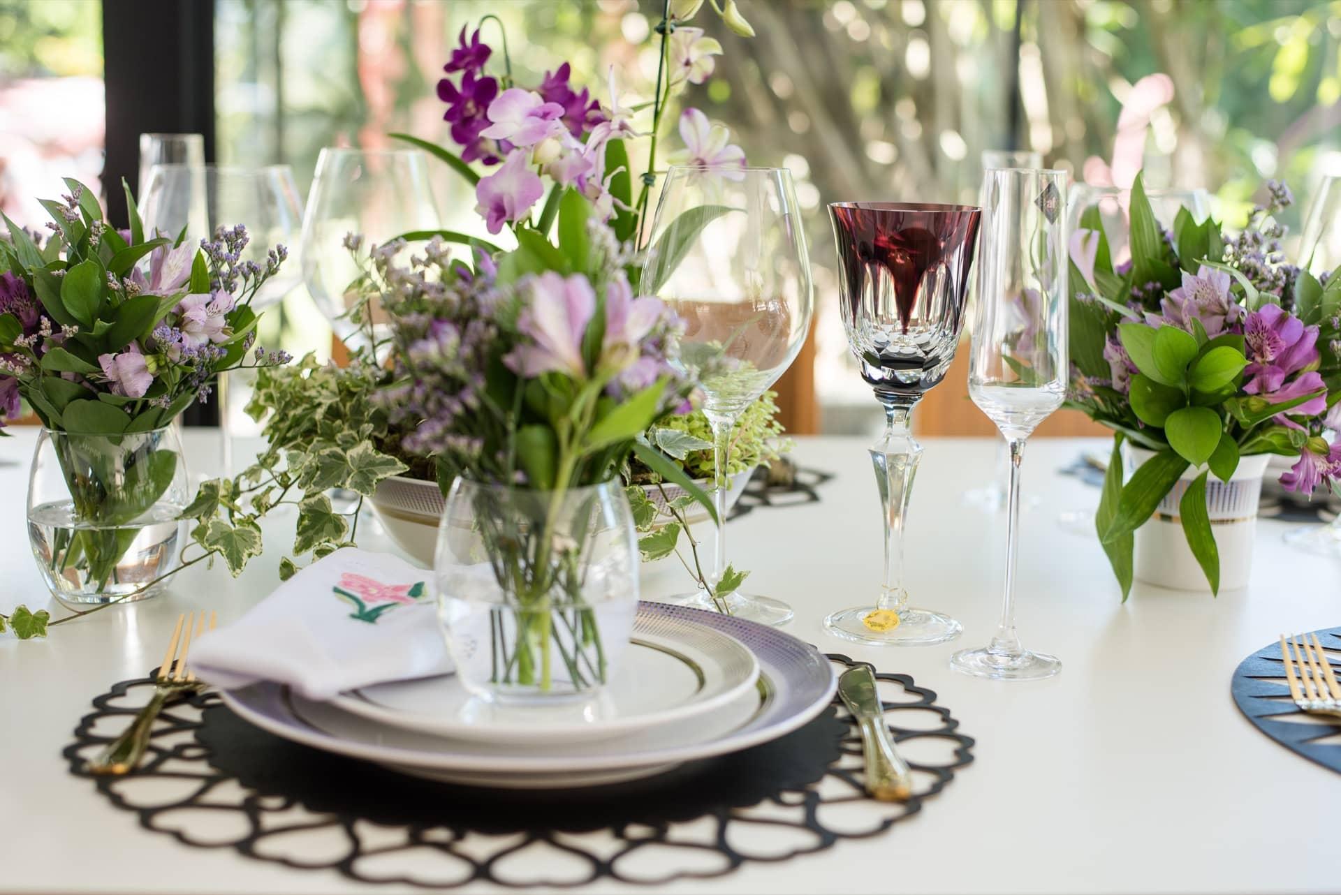 Imagem: Na hora de dispor as taças, que tal escolher uma overlay, como da Strauss, para marcar o lugar de honra e ainda dar um toque de sofisticação à mesa? Foto Karla Rudnick.