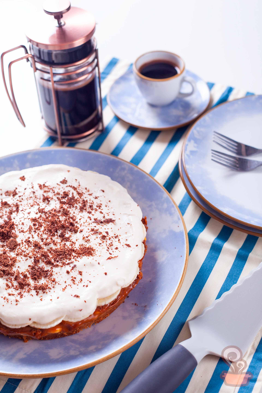 Imagem: Ao fundo da foto, a cafeteira francesa da Oxford. E a espátula para bolo também é da marca. Foto: Na Minha Panela.
