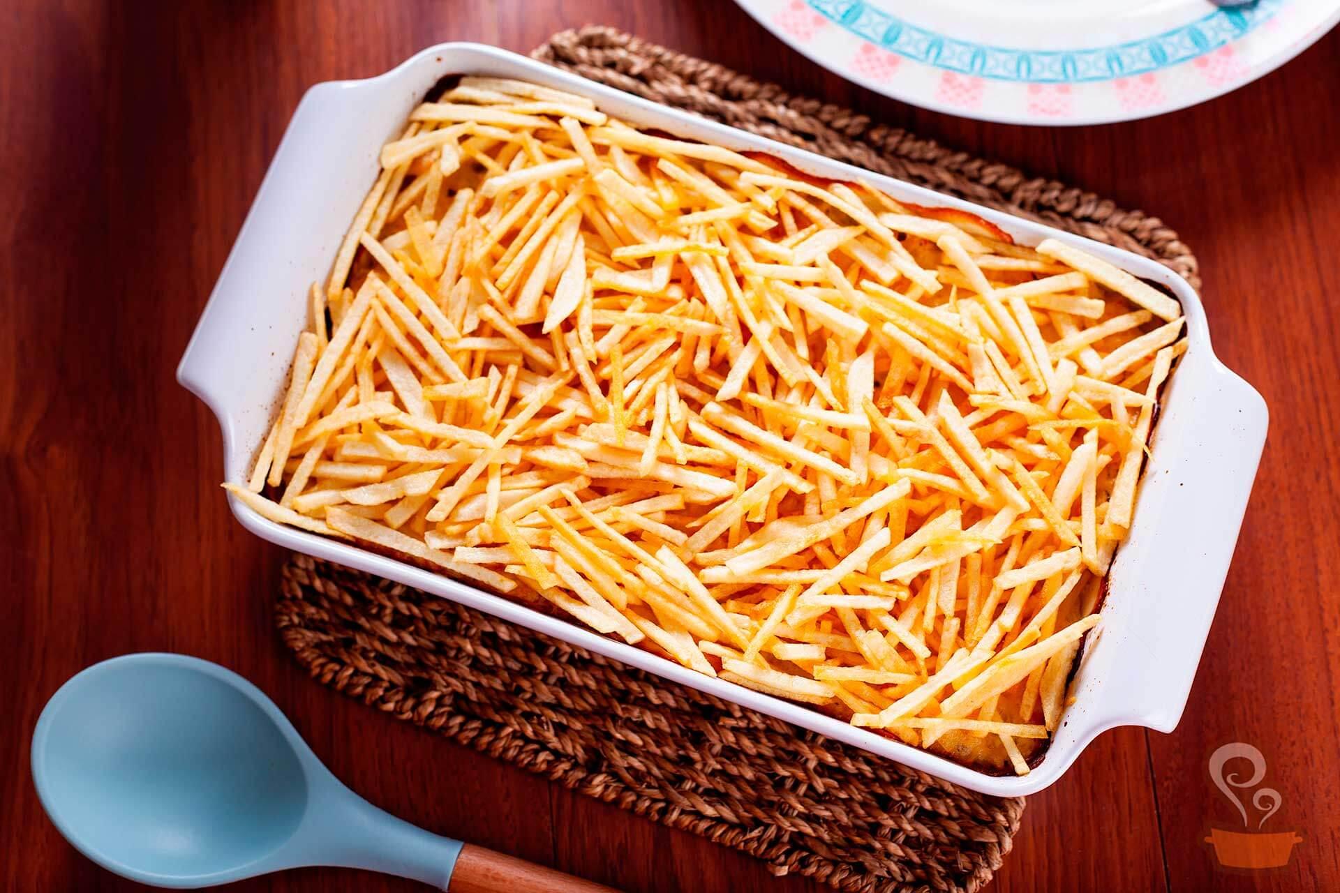 Imagem: Uma receita deliciosa e que rende muito, perfeita para você servir no almoço de Dia das Mães para família. Esse fricassê foi preparado numa das travessas refratárias da linha Oxford Cookware. E a colher de silicone é da Oxford também. Foto: Na Minha Panela.