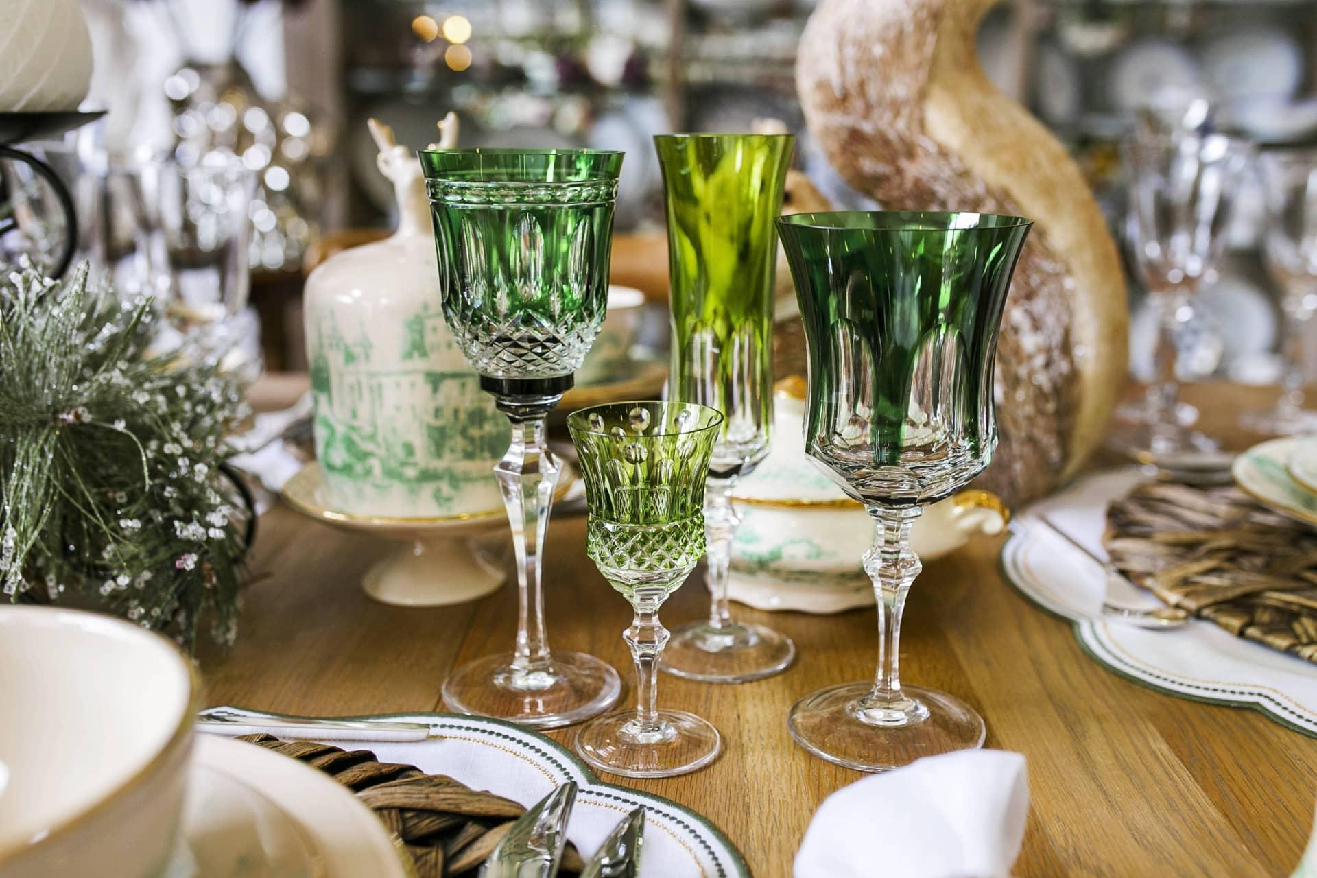 Imagem: Aposte numa composição harmoniosa e incomum. Escolha taças de cristal Strauss em vários tons de verde, com lapidações diferentes. Foto: Camila D'Orazio.