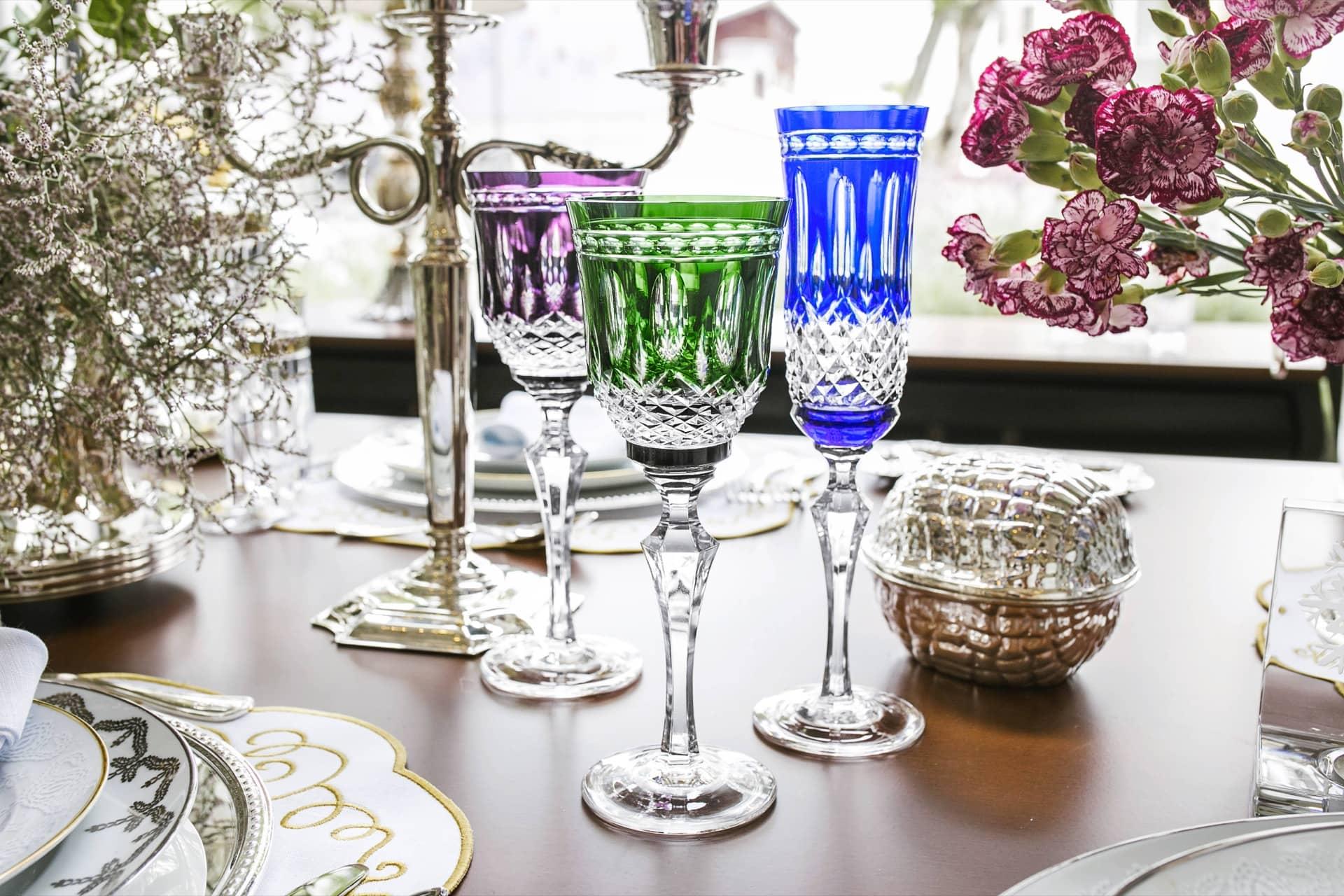 Imagem: Sofisticação imbatível no trio de taças de cristal overlay Strauss. Foto: Camila D'Orazio.