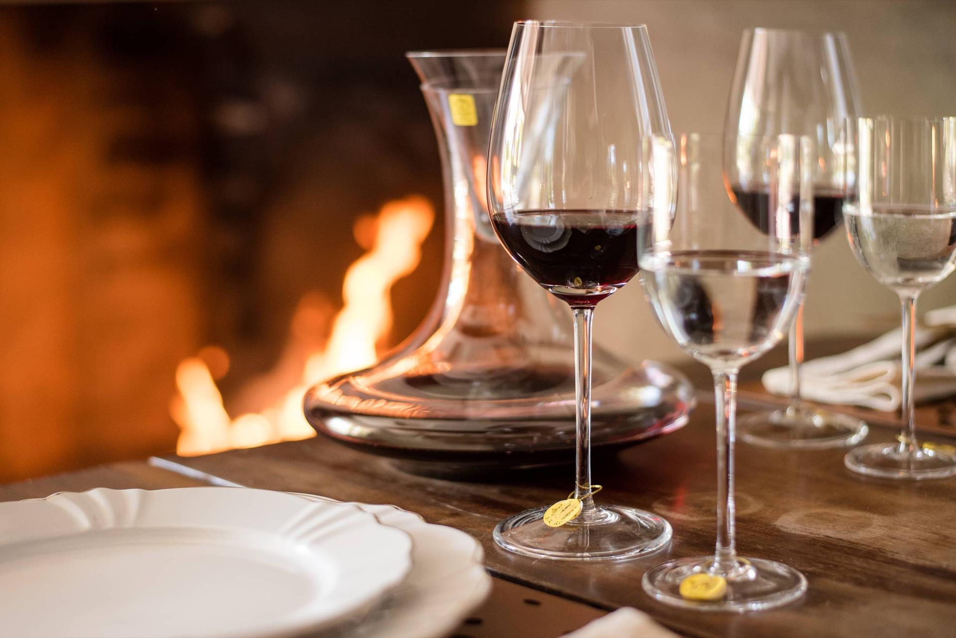 Imagem: Para brindar em grande estilo no almoço de outono: taças de vinho Bordeaux Grand Cru, taças para água, e decanter, tudo de cristal da linha Sommelier da Strauss.Foto: Karla Rudnick