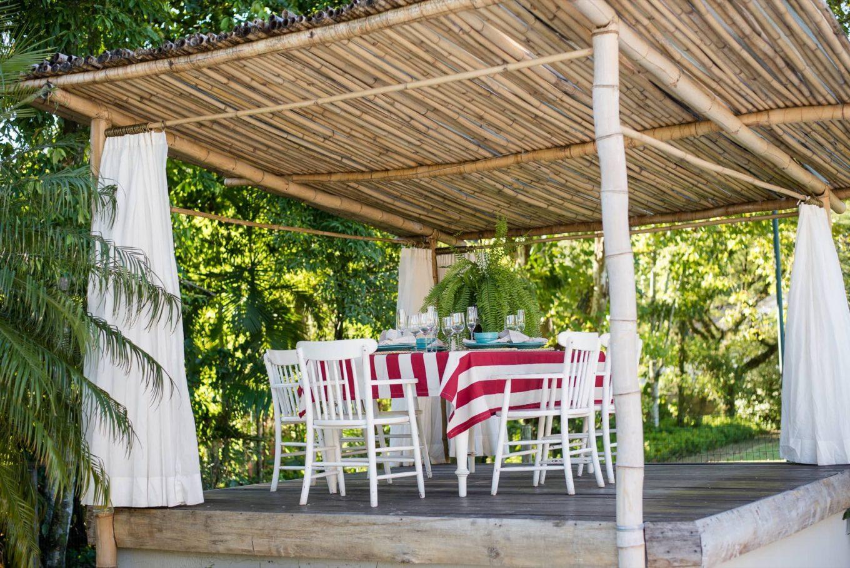 Imagem: O quiosque no jardim é o cenário perfeito para o almoço com espumante. Foto:Karla Rudnick