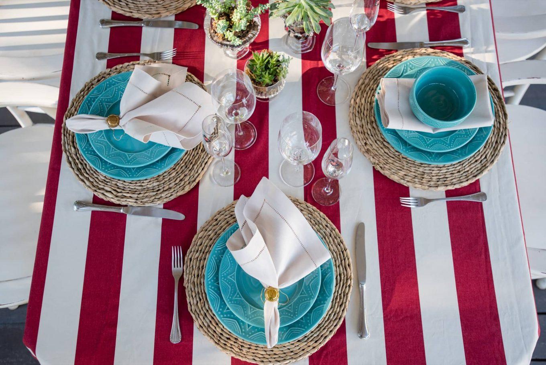 Imagem: Simetria é para os fracos! Alguns lugares da mesa têm pratinhos para a entrada, enquanto outros, incluem cumbucas. O resultado é uma mesa variada e divertida. Foto: Karla Ru