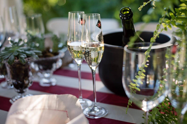 Imagem: O almoço com espumante pede muitos brindes! Taças de espumante Forever da linha Oxford Alumina Crystal.Foto: Karla Rudnick